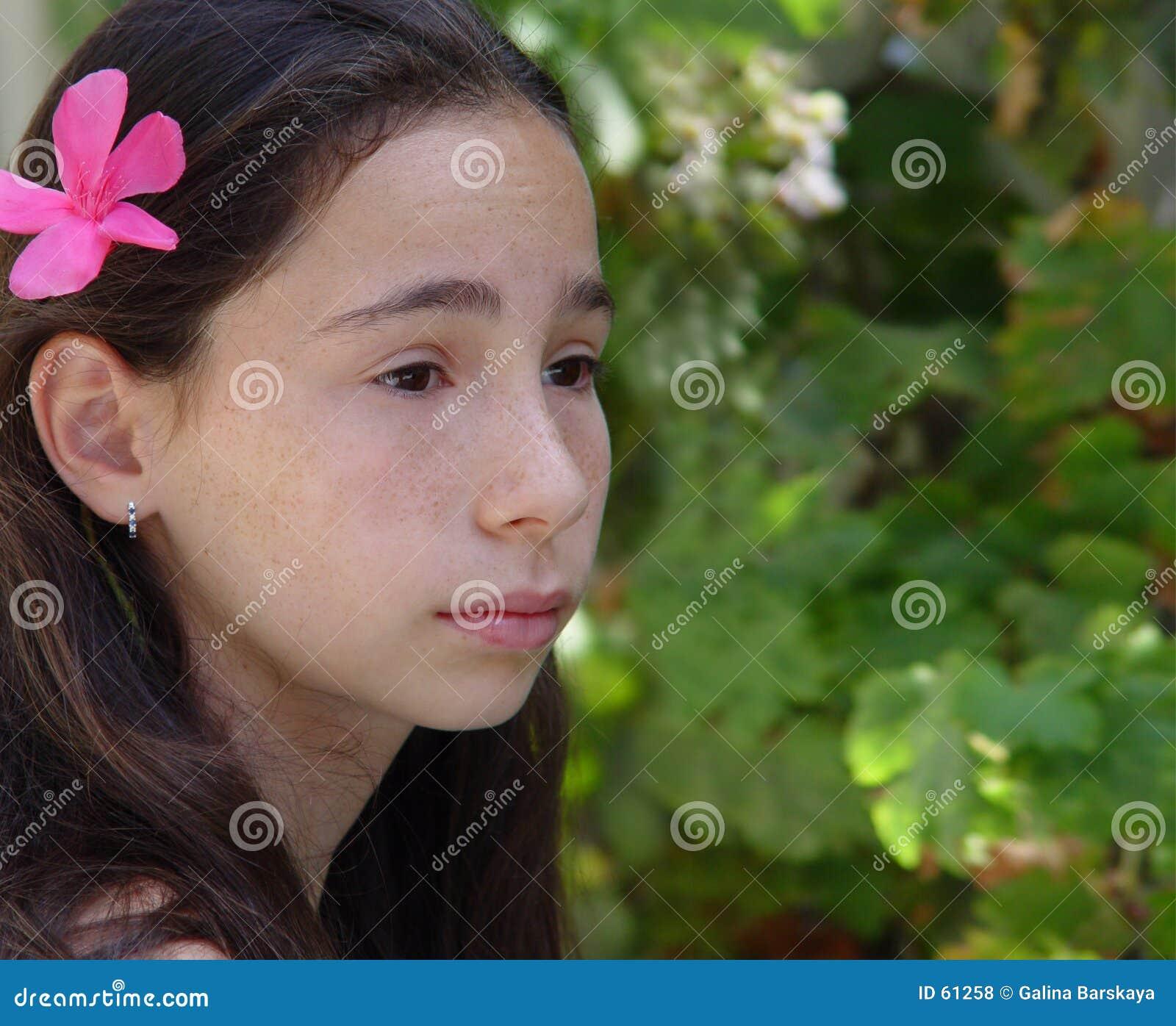 Muchacha en un jardín