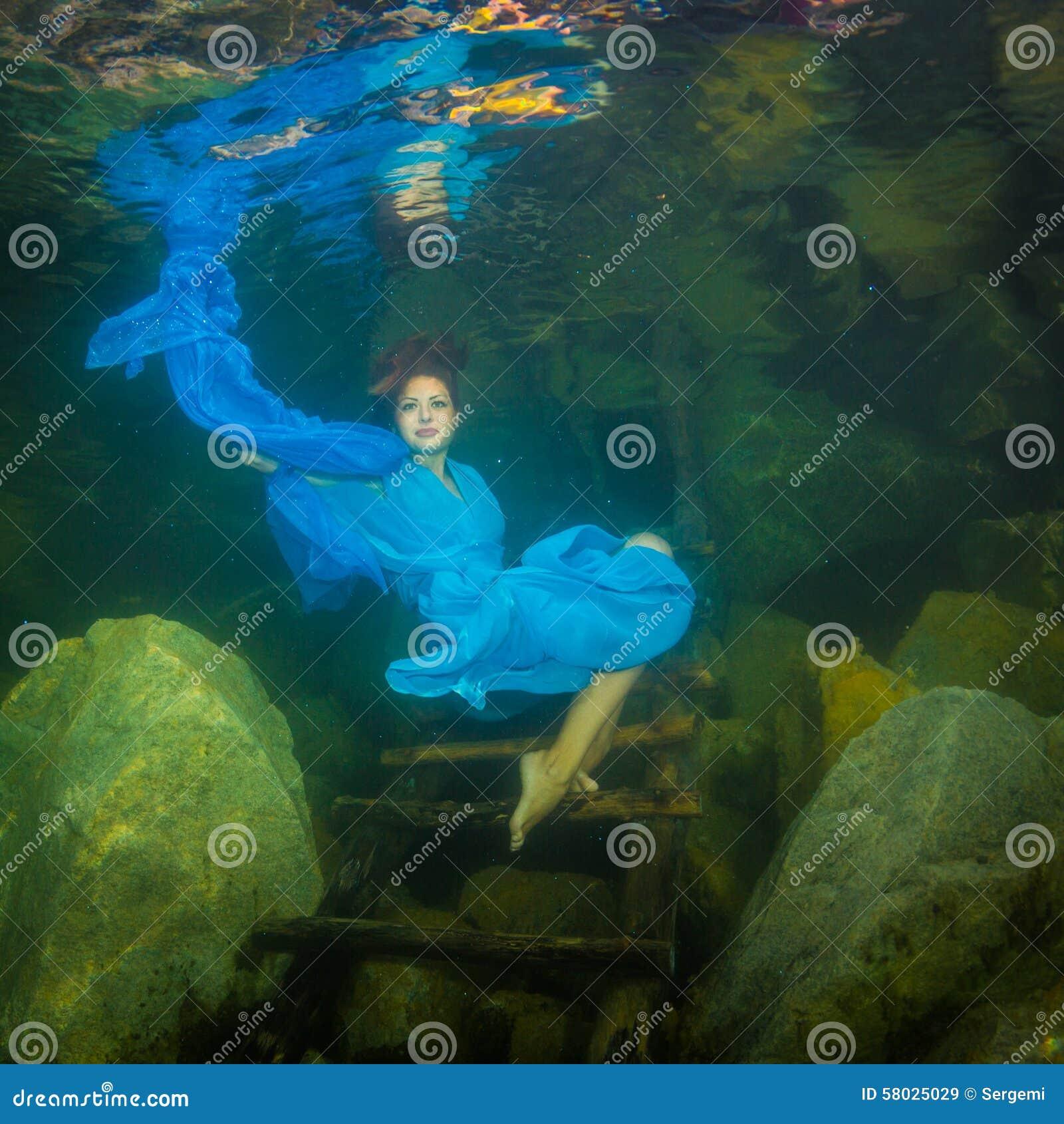 Muchacha en un río