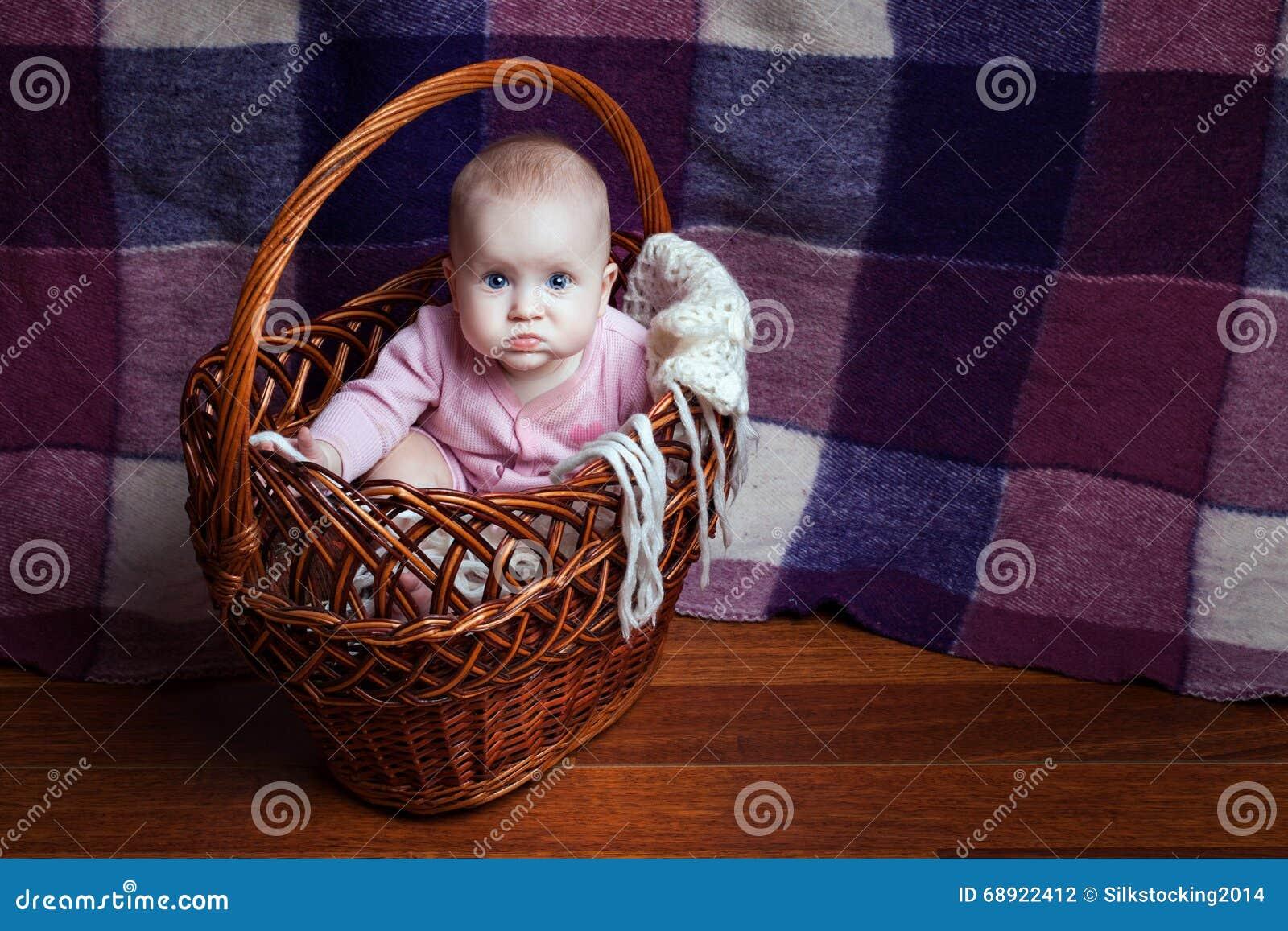 Muchacha en una cesta