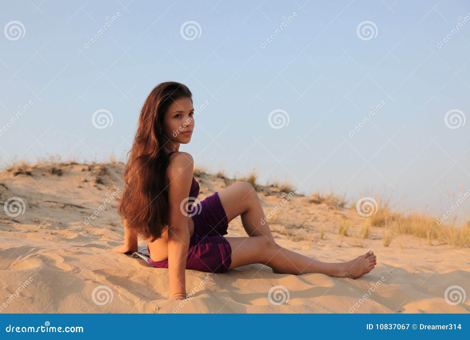 Muchacha encantadora joven en desierto