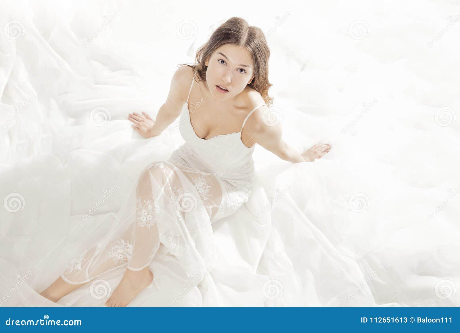 Muchacha Encantadora Vestida En Un Vestido Blanco Imagen De