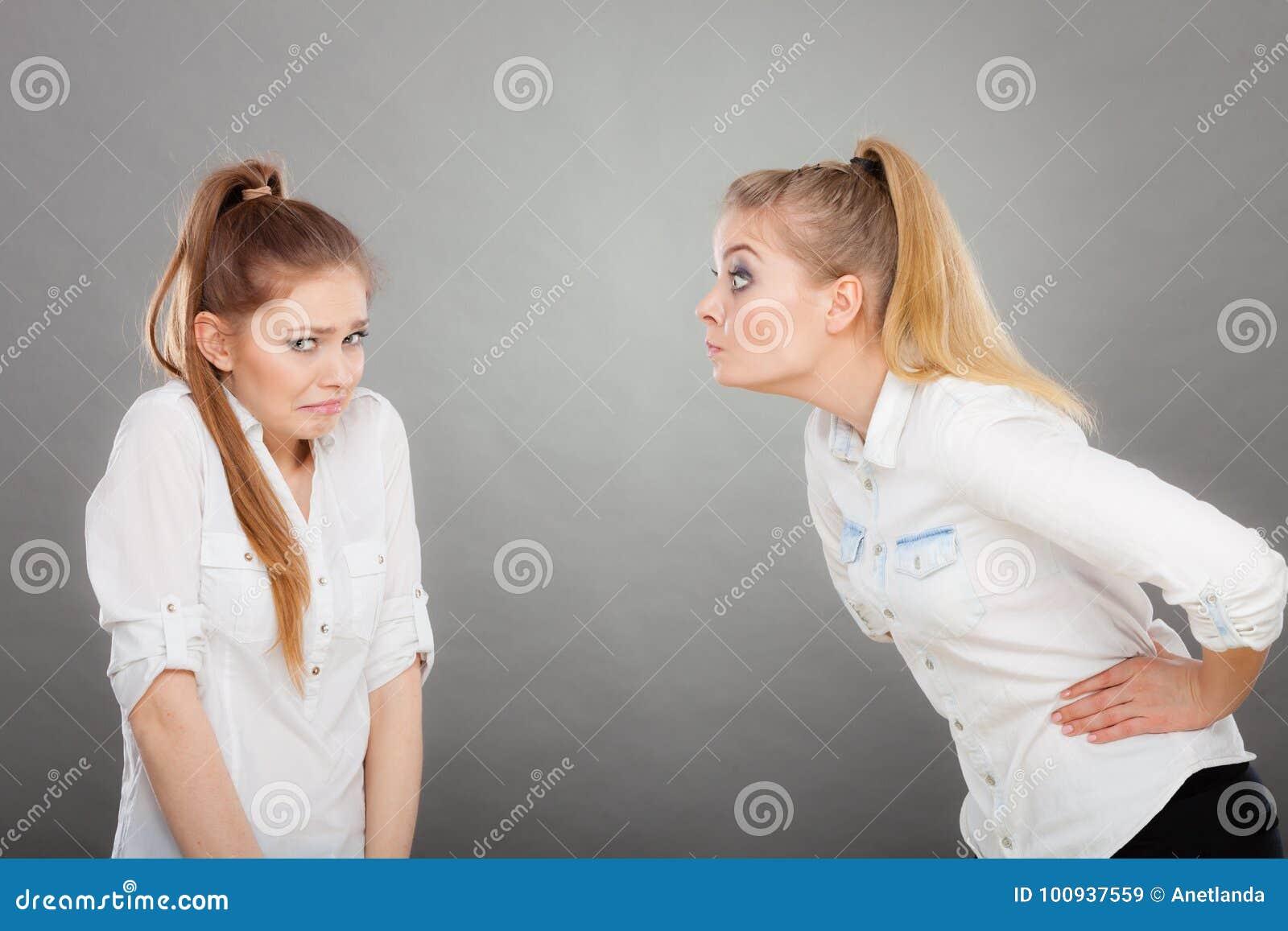 Muchacha enojada de la furia que grita en su amigo o hermana más joven