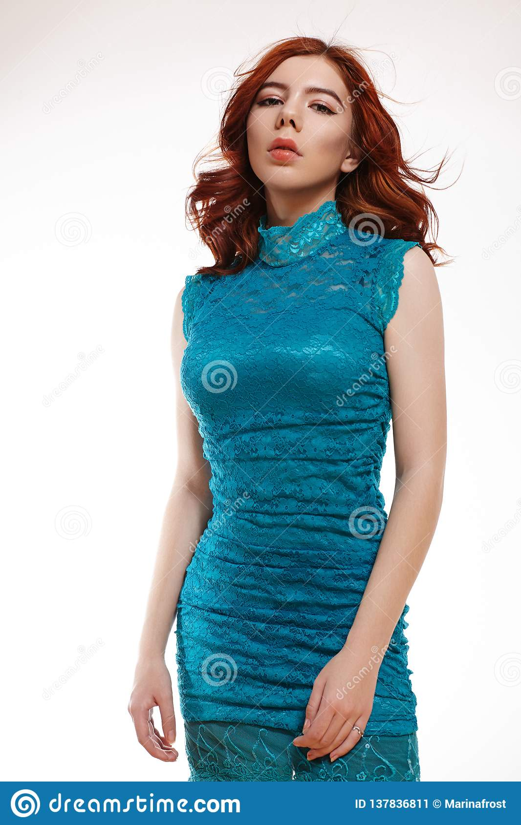 Muchacha europea romántica con Ginger Hair brillante Muchacha blanda linda del adolescente con el pelo rojo rizado en Lacy Dress