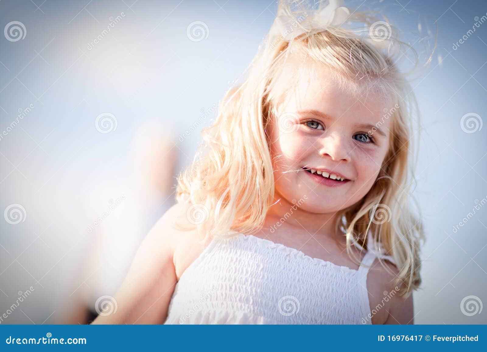 Muchacha Eyed azul adorable que juega afuera
