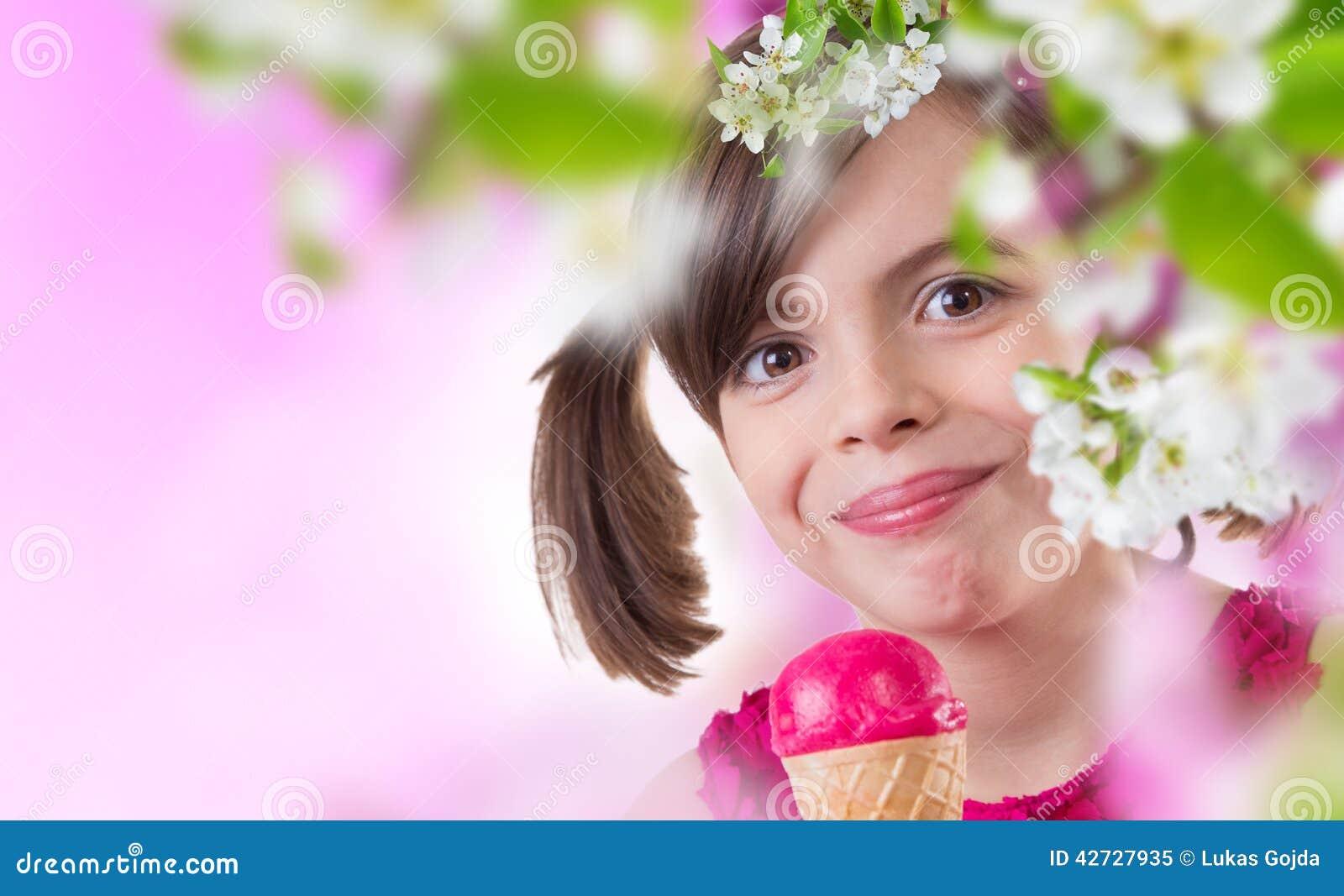 Muchacha feliz con helado