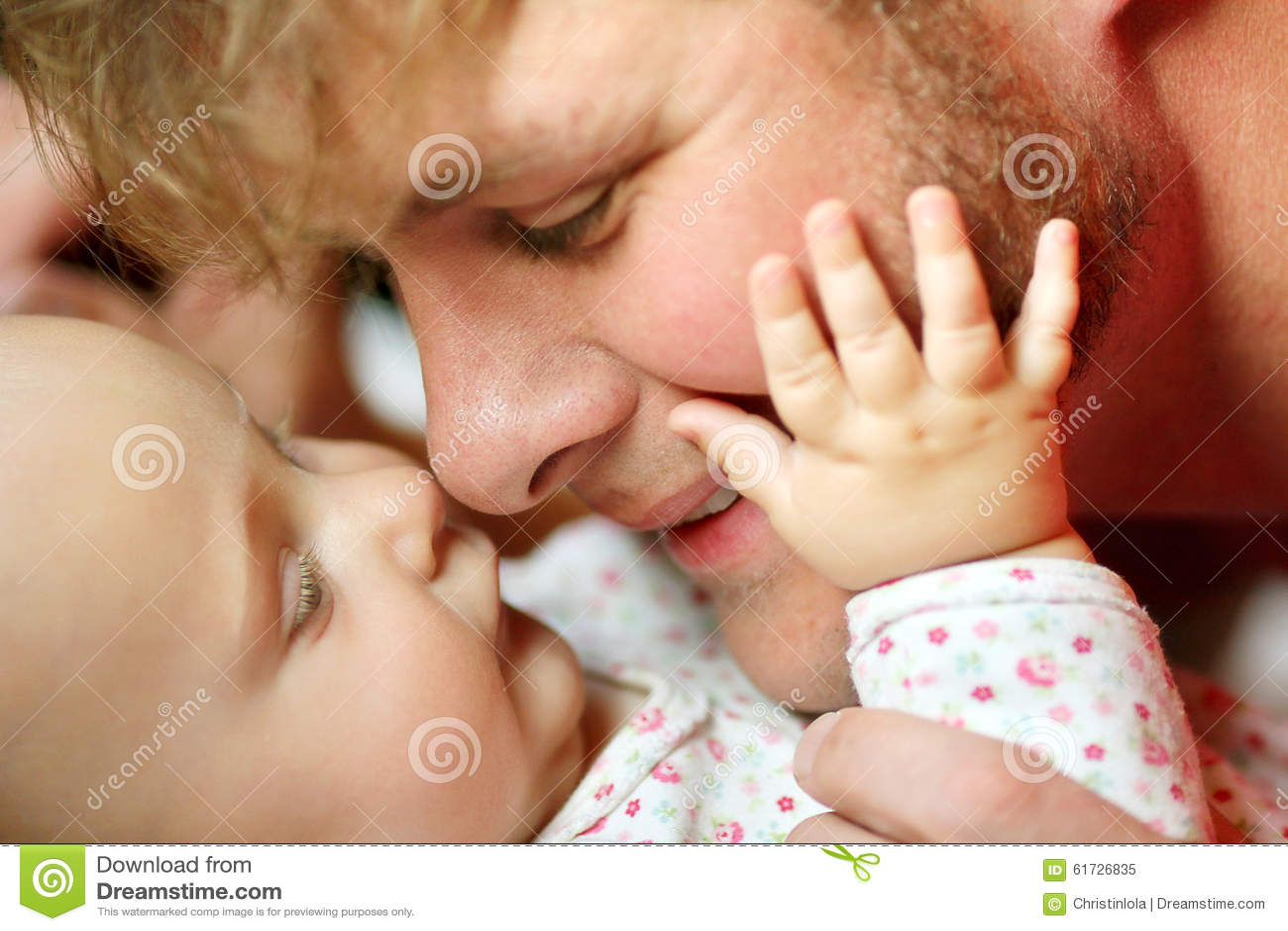 Muchacha feliz de Loving Newborn Baby del padre