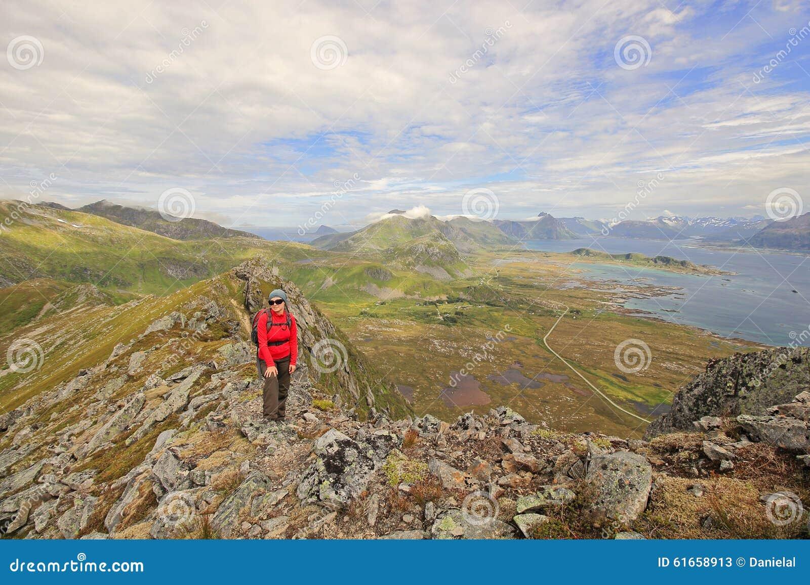 Muchacha feliz del caminante en Noruega
