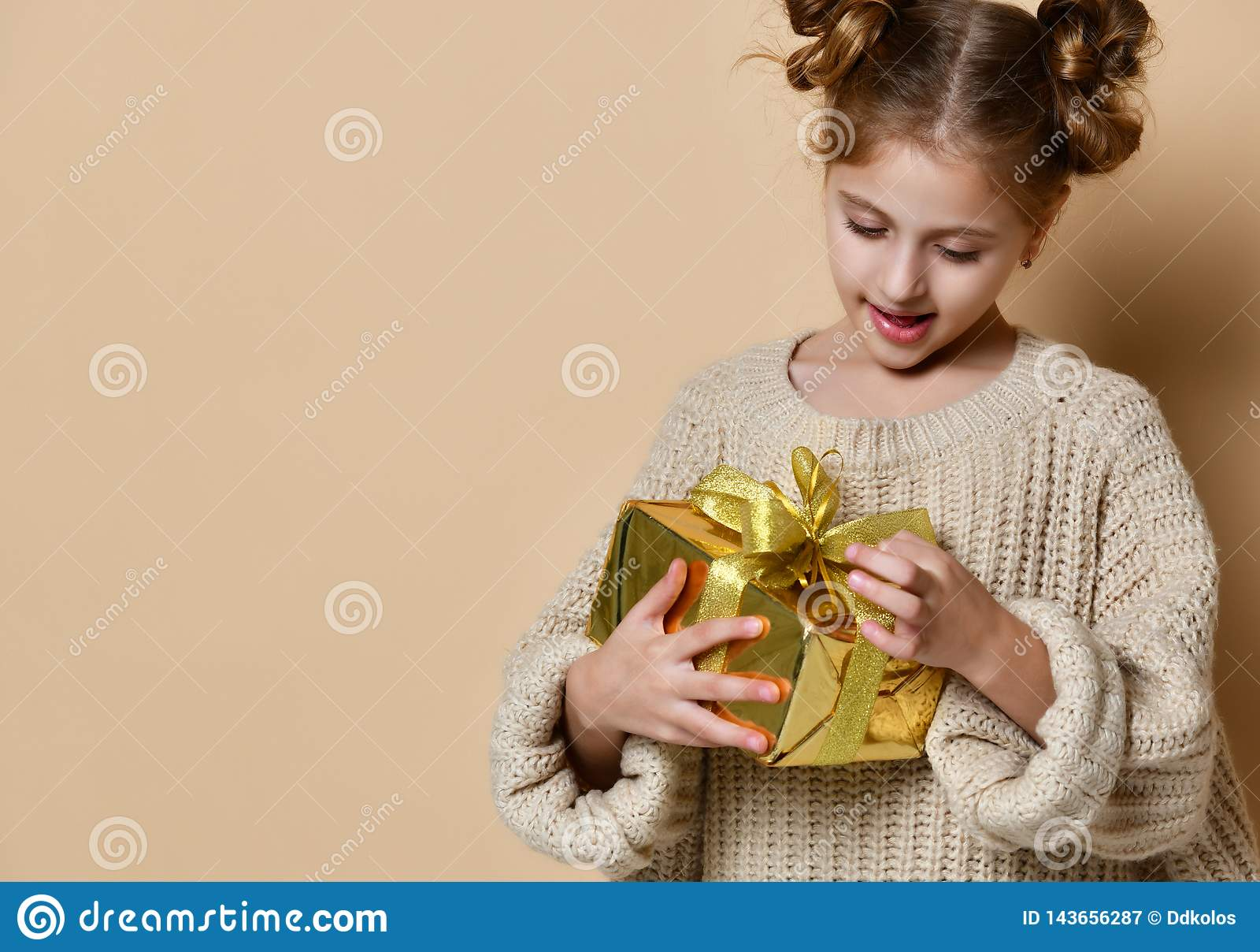 Muchacha feliz del niño con la caja de regalo
