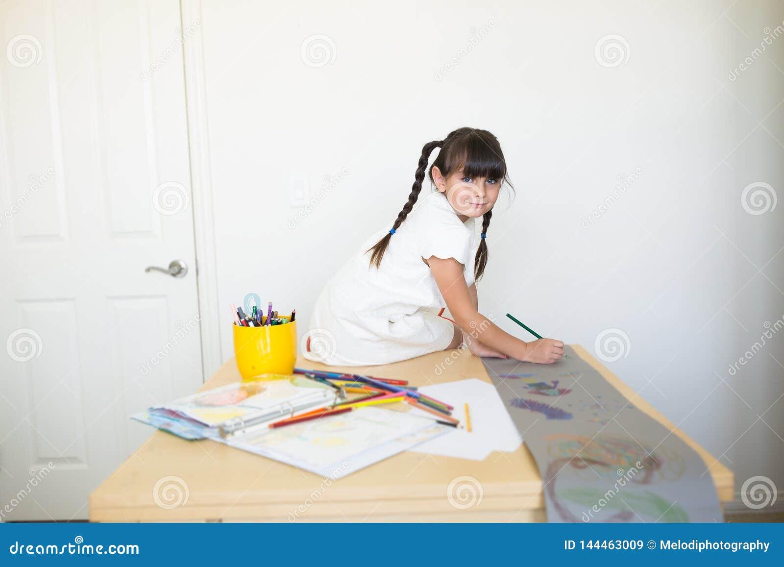 Muchacha feliz que hace el trabajo de arte