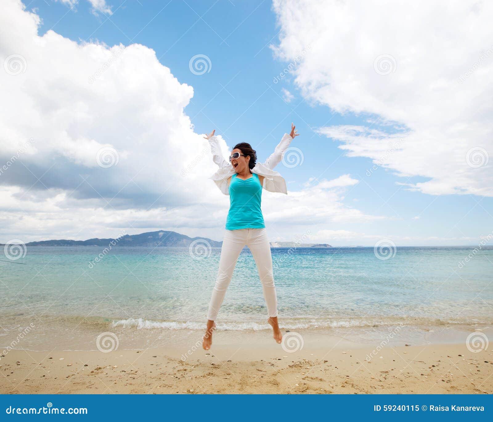 Download Muchacha Feliz Que Salta En La Playa Imagen de archivo - Imagen de muchacha, ocio: 59240115