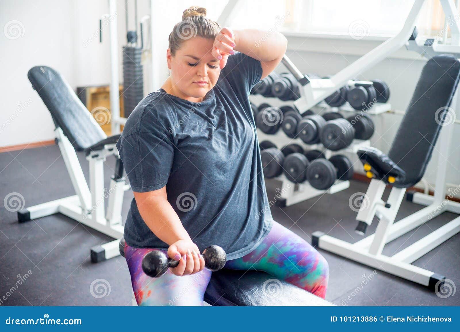 Muchacha gorda en un gimnasio