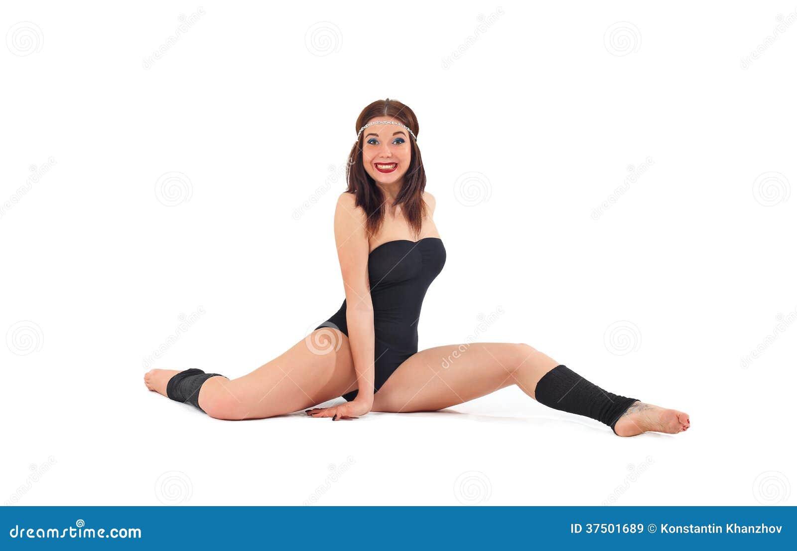 Muchacha hermosa atlética tatuada en el entrenamiento de la aptitud