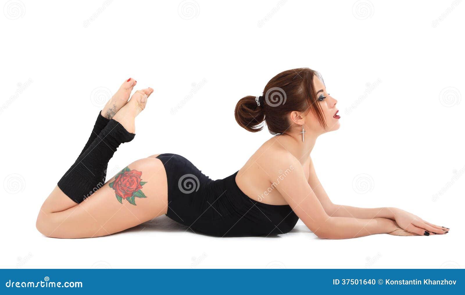 Muchacha hermosa atlética tatuada en traini de la aptitud