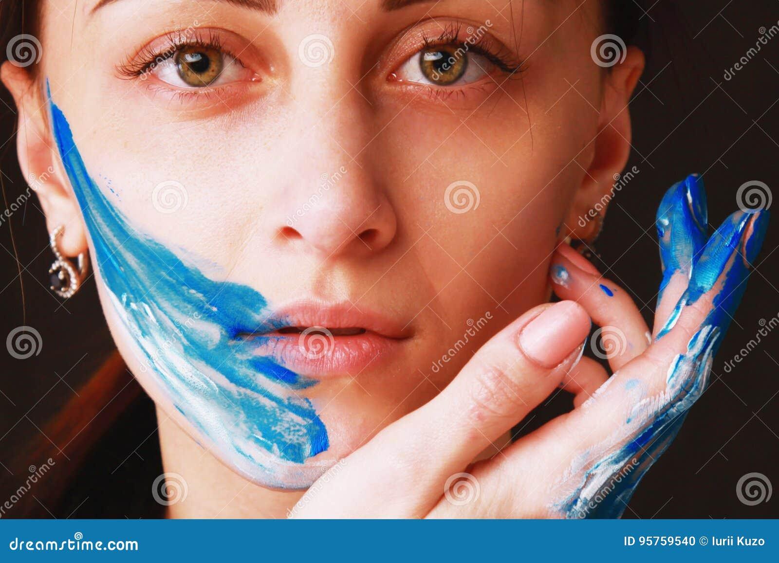Muchacha hermosa brillante con maquillaje colorido del arte