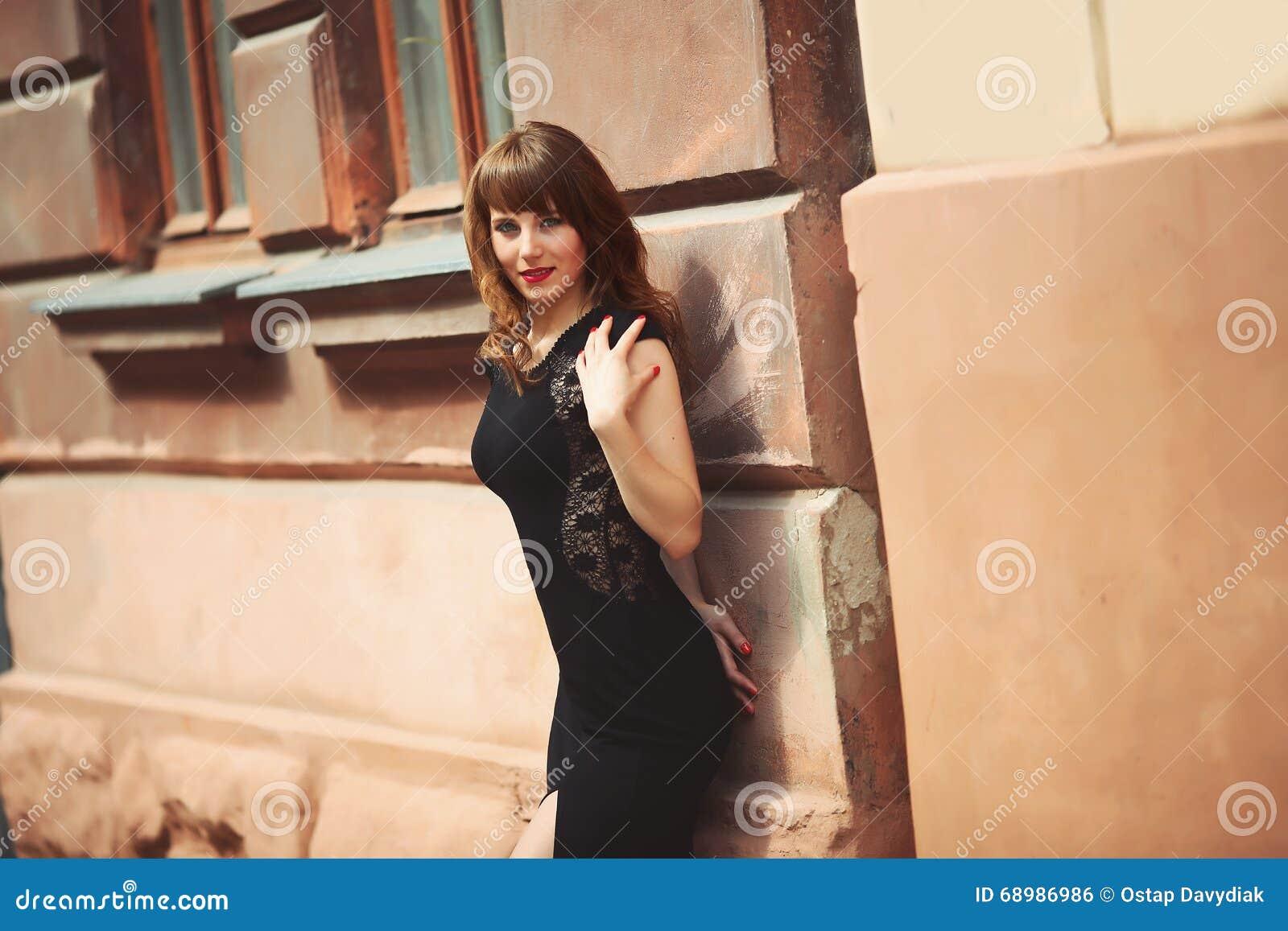 Muchacha hermosa cerca de la pared