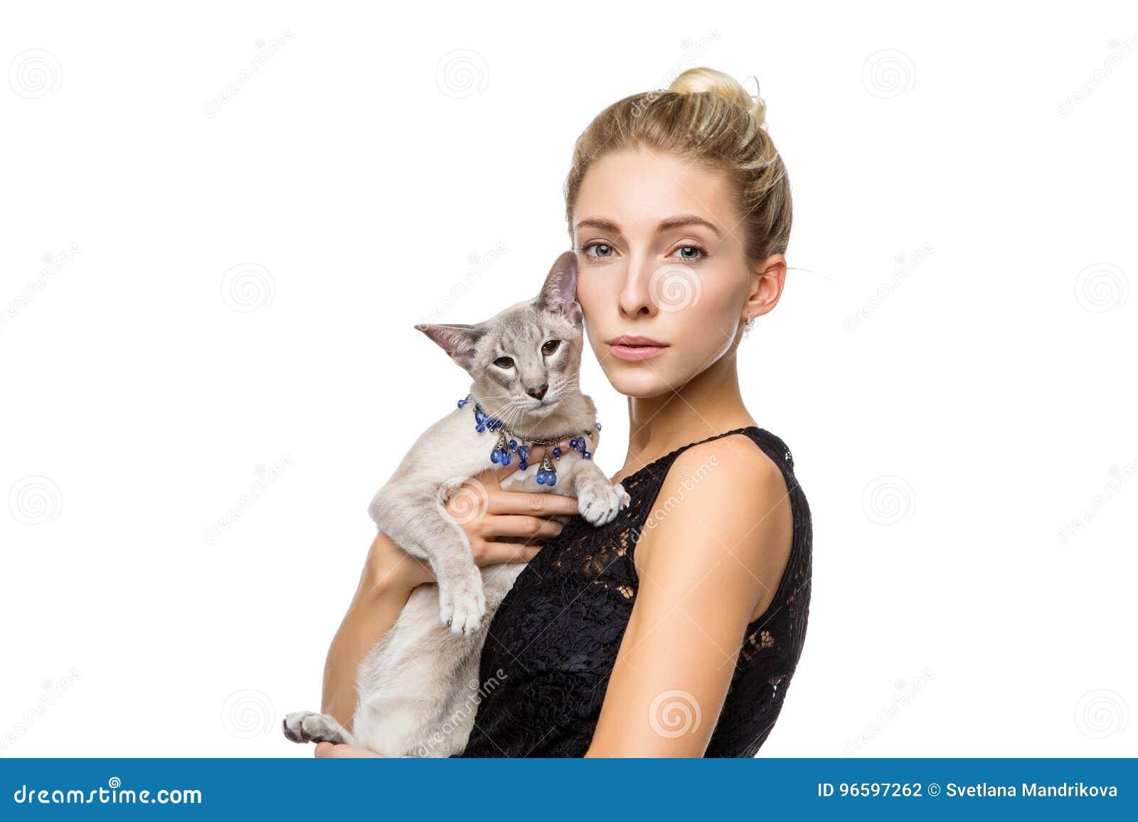 Muchacha hermosa con el gato oriental de Tailandia