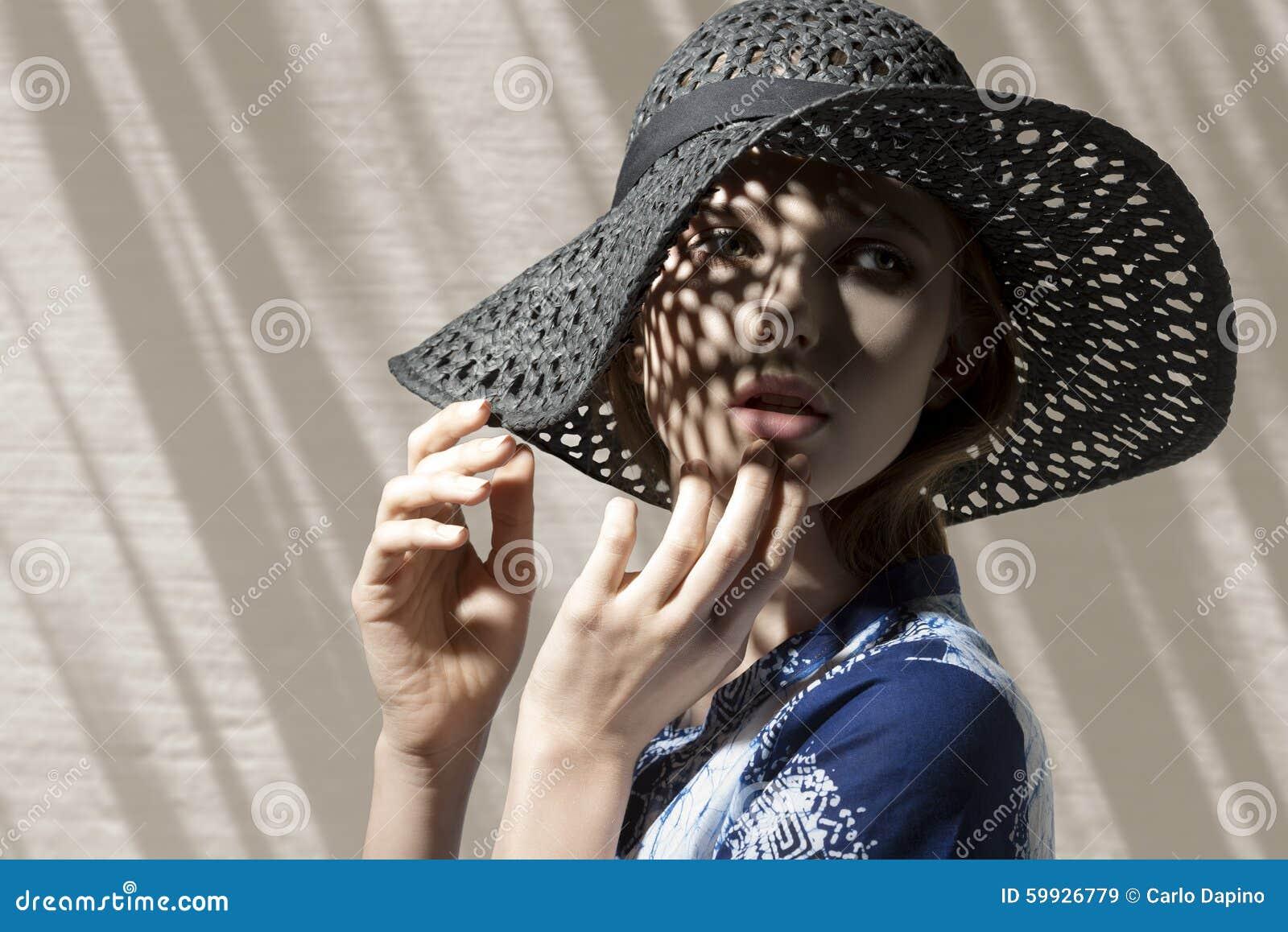 Muchacha hermosa con el sombrero