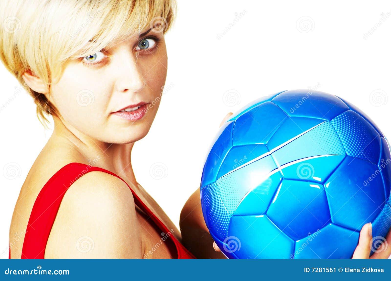 Muchacha hermosa con la bola