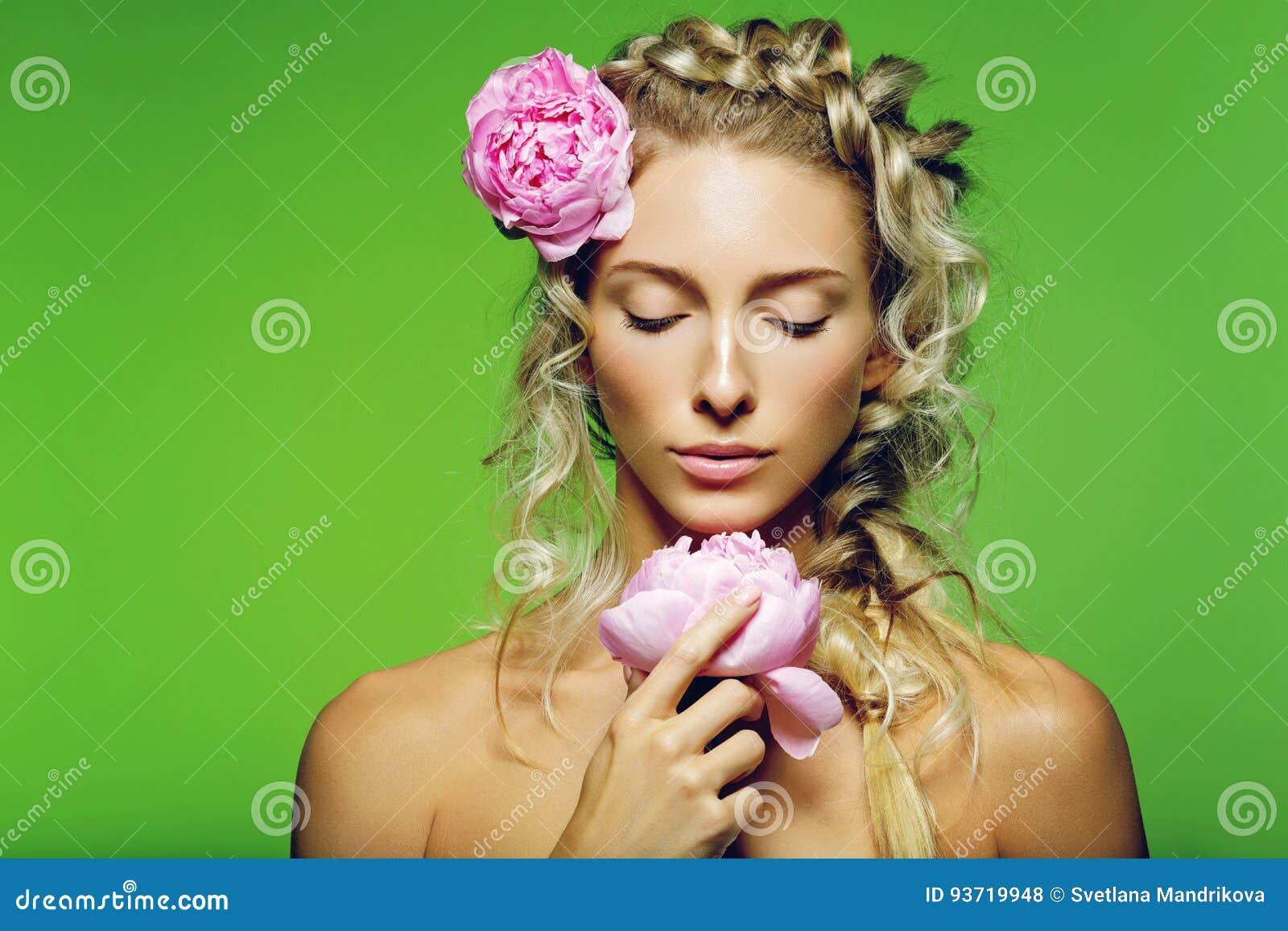 Muchacha hermosa con la flor de la peonía