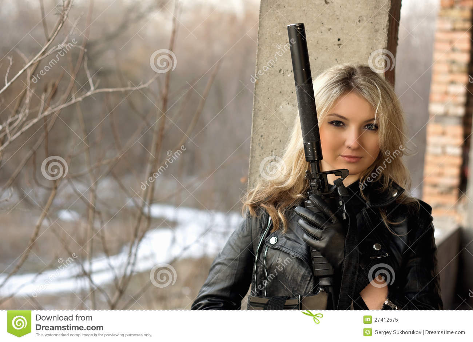 Muchacha hermosa con un arma