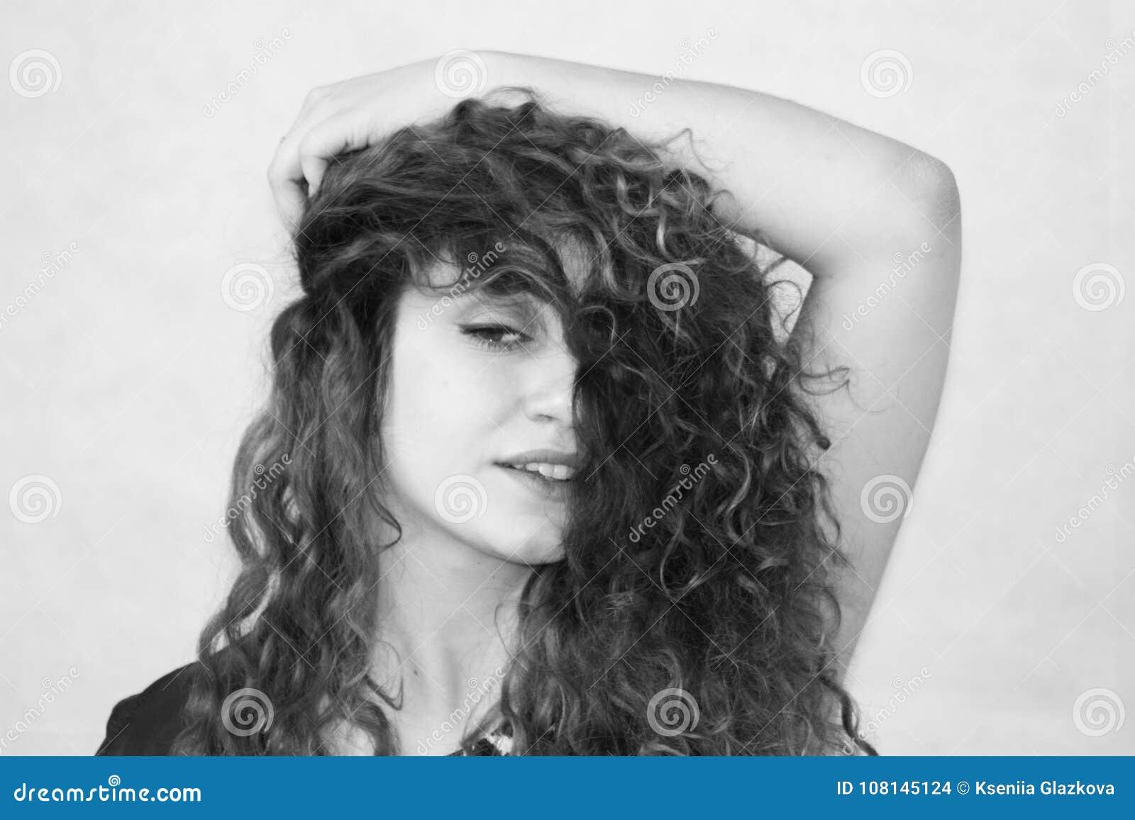 Muchacha hermosa Muchacha Curly-haired foto