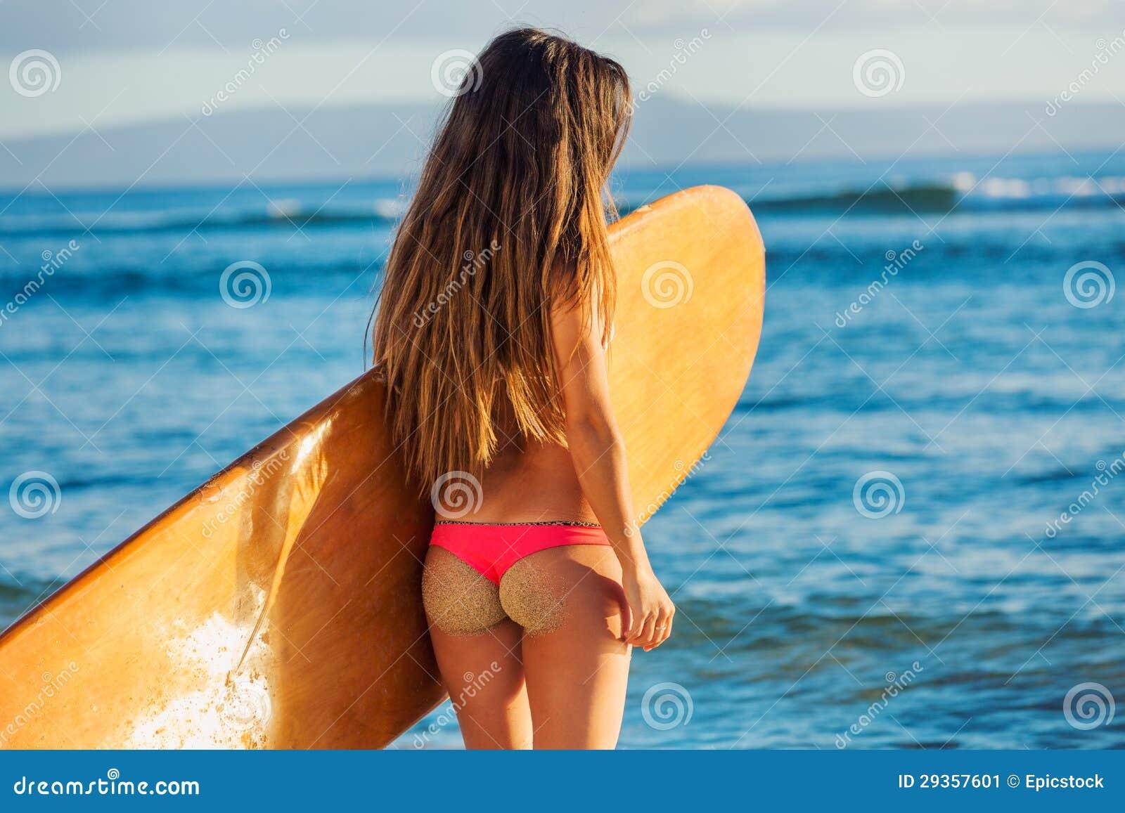 c9525691cb6d Muchacha Hermosa De La Persona Que Practica Surf En Bikini Atractivo ...