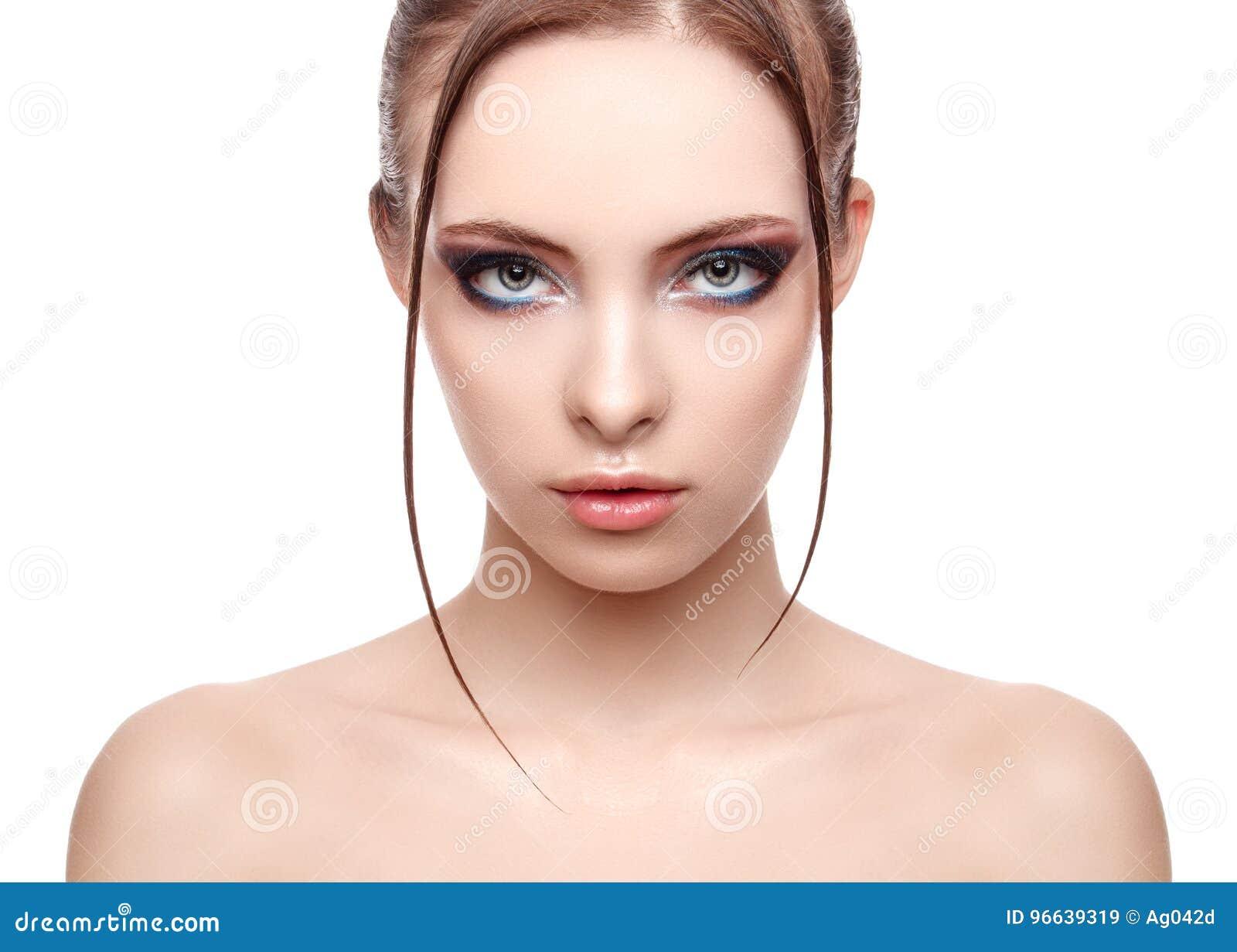 Muchacha hermosa del modelo del balneario con la piel limpia fresca perfecta, efecto mojado sobre su retrato de la cara y del cue