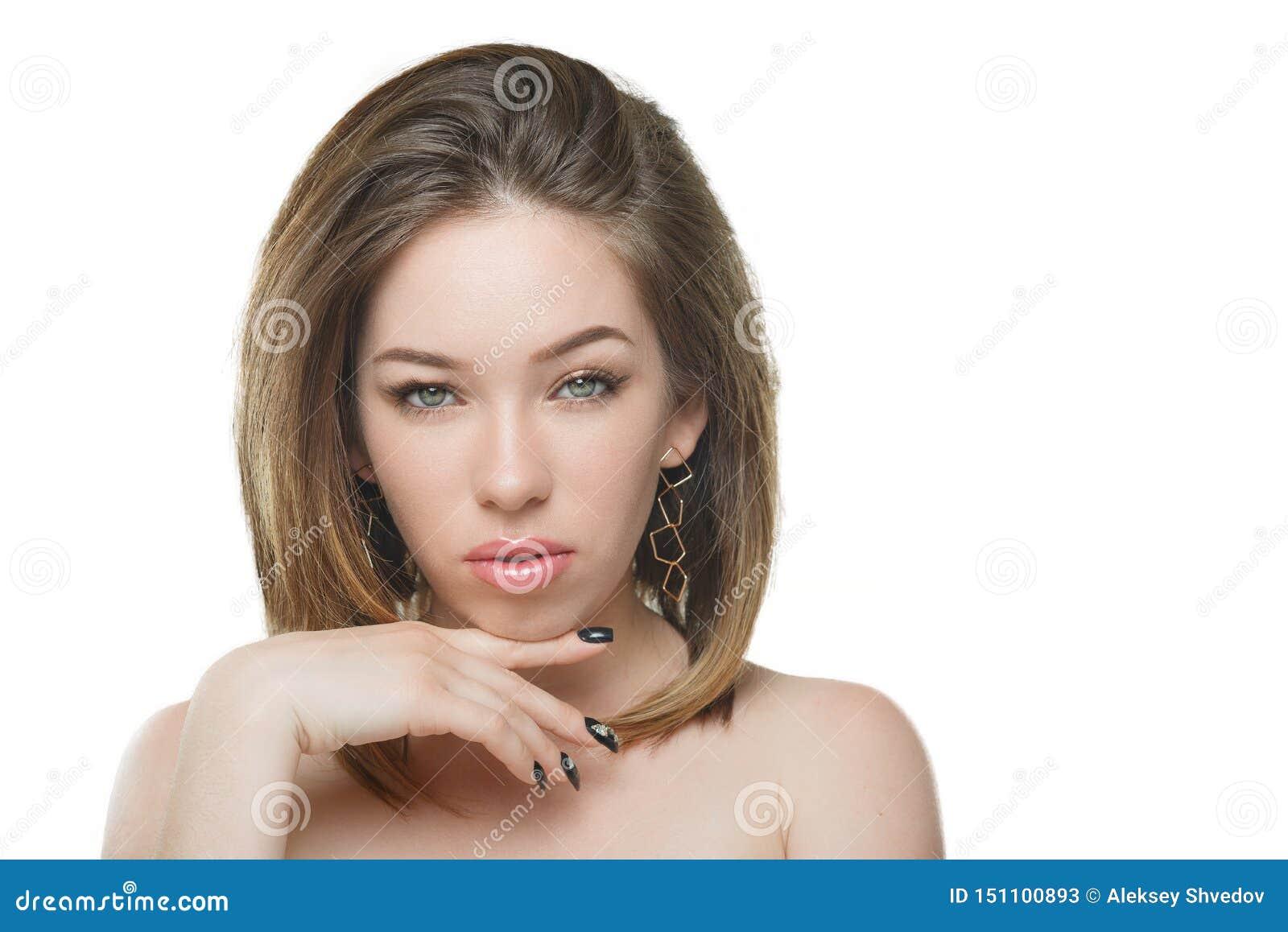 Muchacha hermosa elegante con el pelo que fluye que mira la cámara con la expresión facial feliz alegre