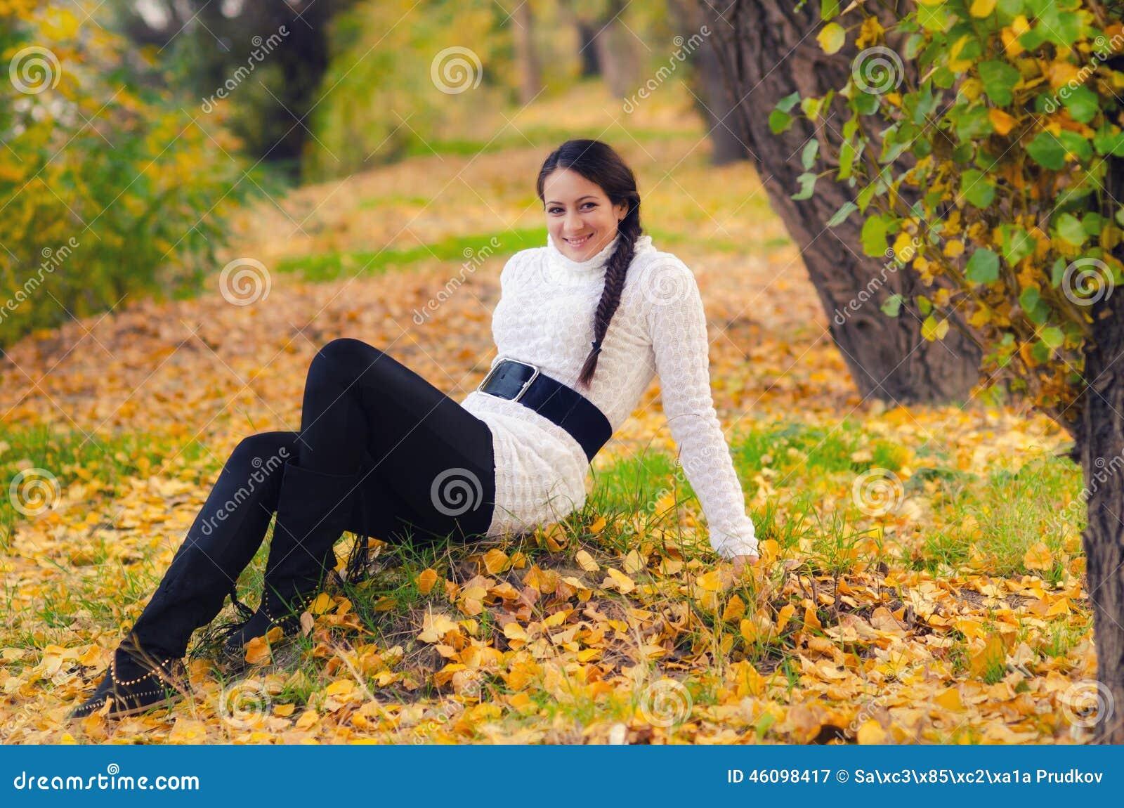 Muchacha hermosa en el bosque del otoño