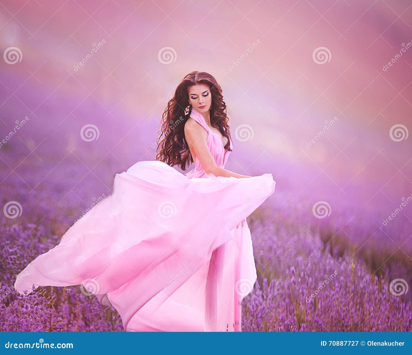 Muchacha Hermosa En Un Vuelo Rosado Del Vestido En Un Campo De La ...