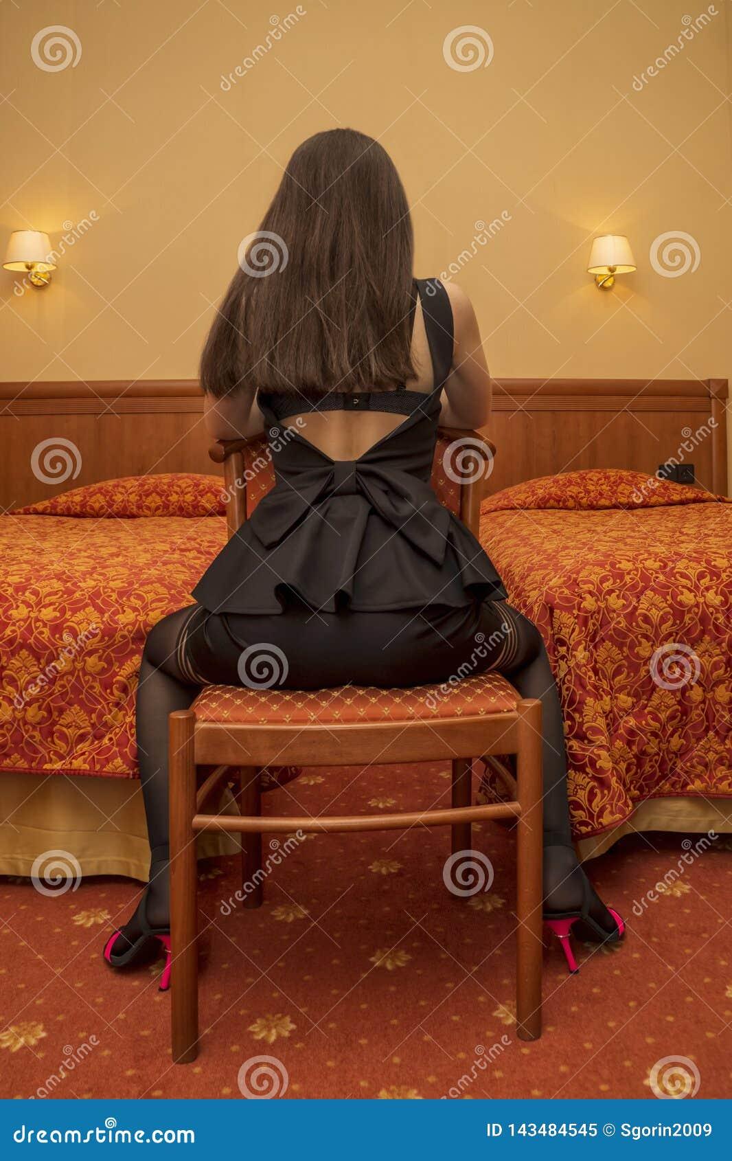 Muchacha Hermosa En Vestido Negro Con Las Piernas En Medias
