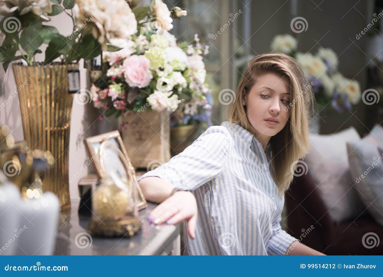 Muchacha Hermosa Entre Las Flores Tristes Mirando La Foto En El ...