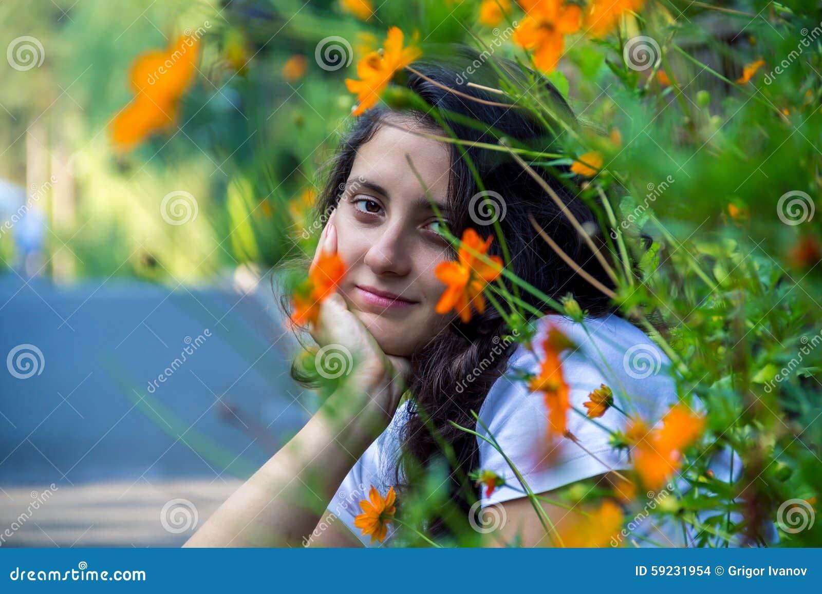 Download Muchacha Hermosa Joven En El Campo Foto de archivo - Imagen de manera, floración: 59231954