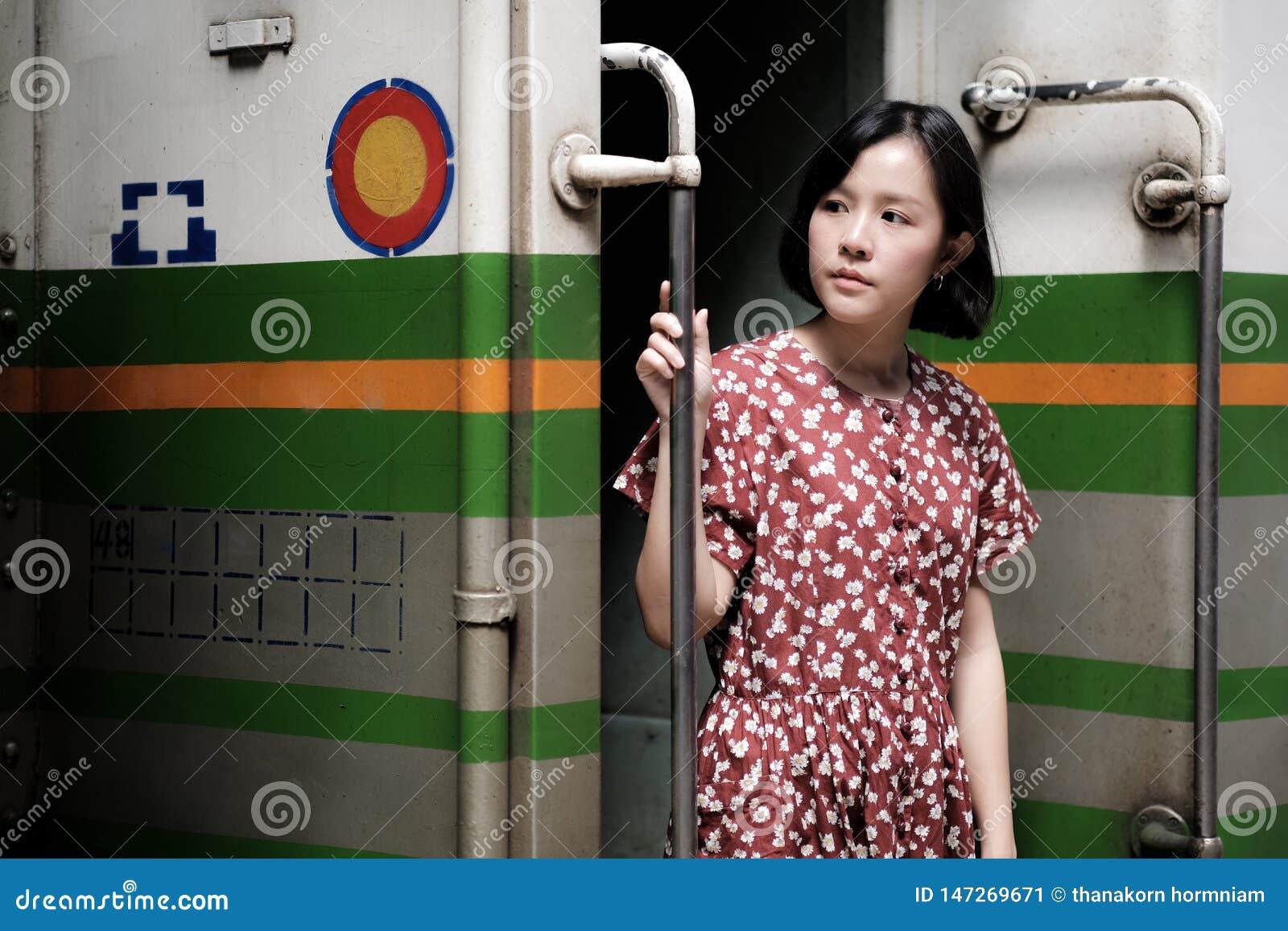 Muchacha hermosa que viaja en tren
