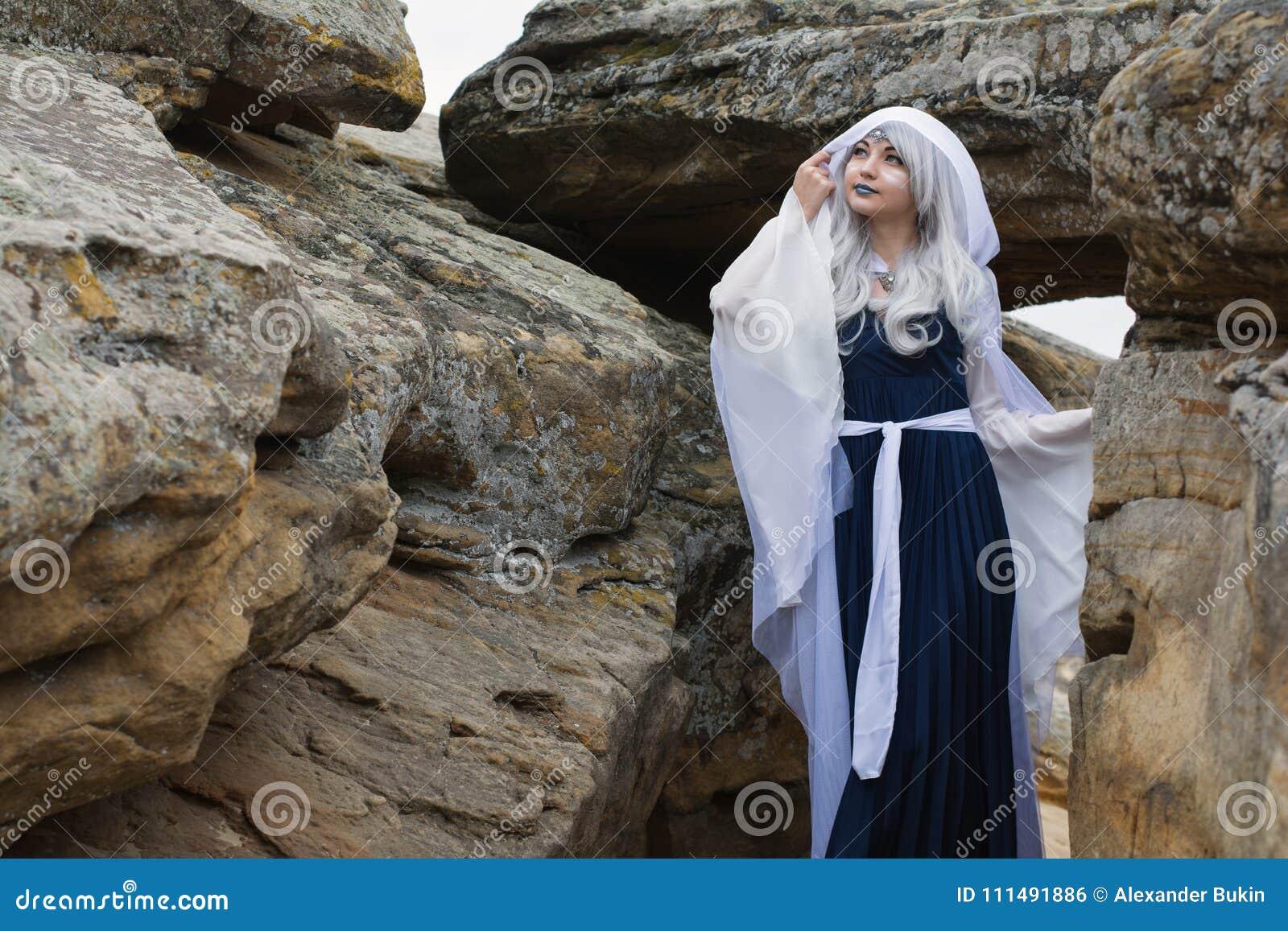 Muchacha Hermosa Vestida Como Duende En Un Vestido Blanco