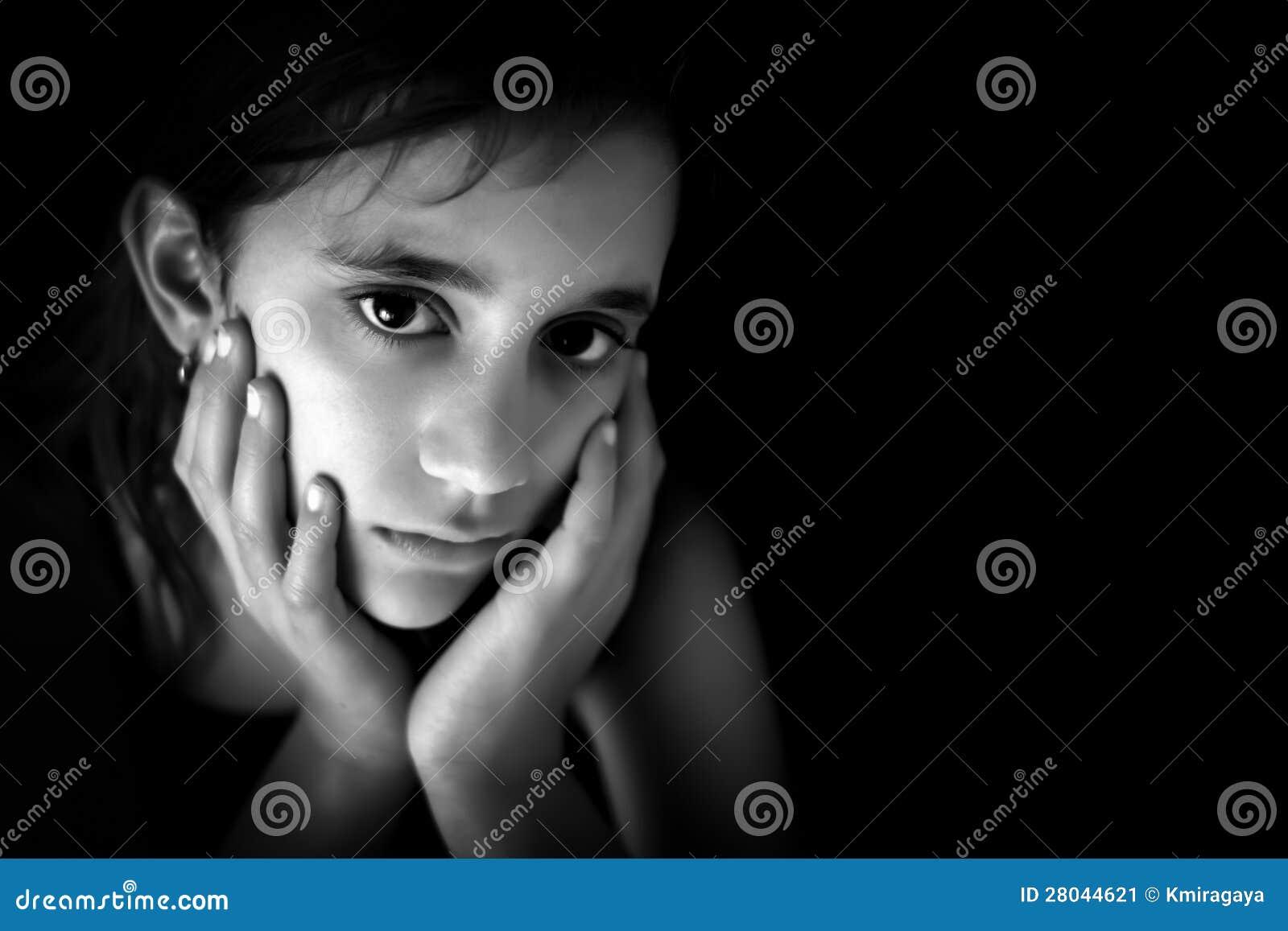 Muchacha hispánica triste en blanco y negro