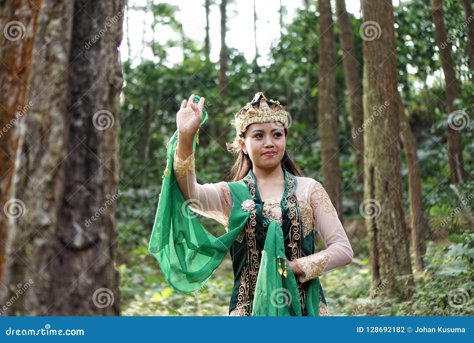 Muchacha indonesia que presenta para una danza del lengger