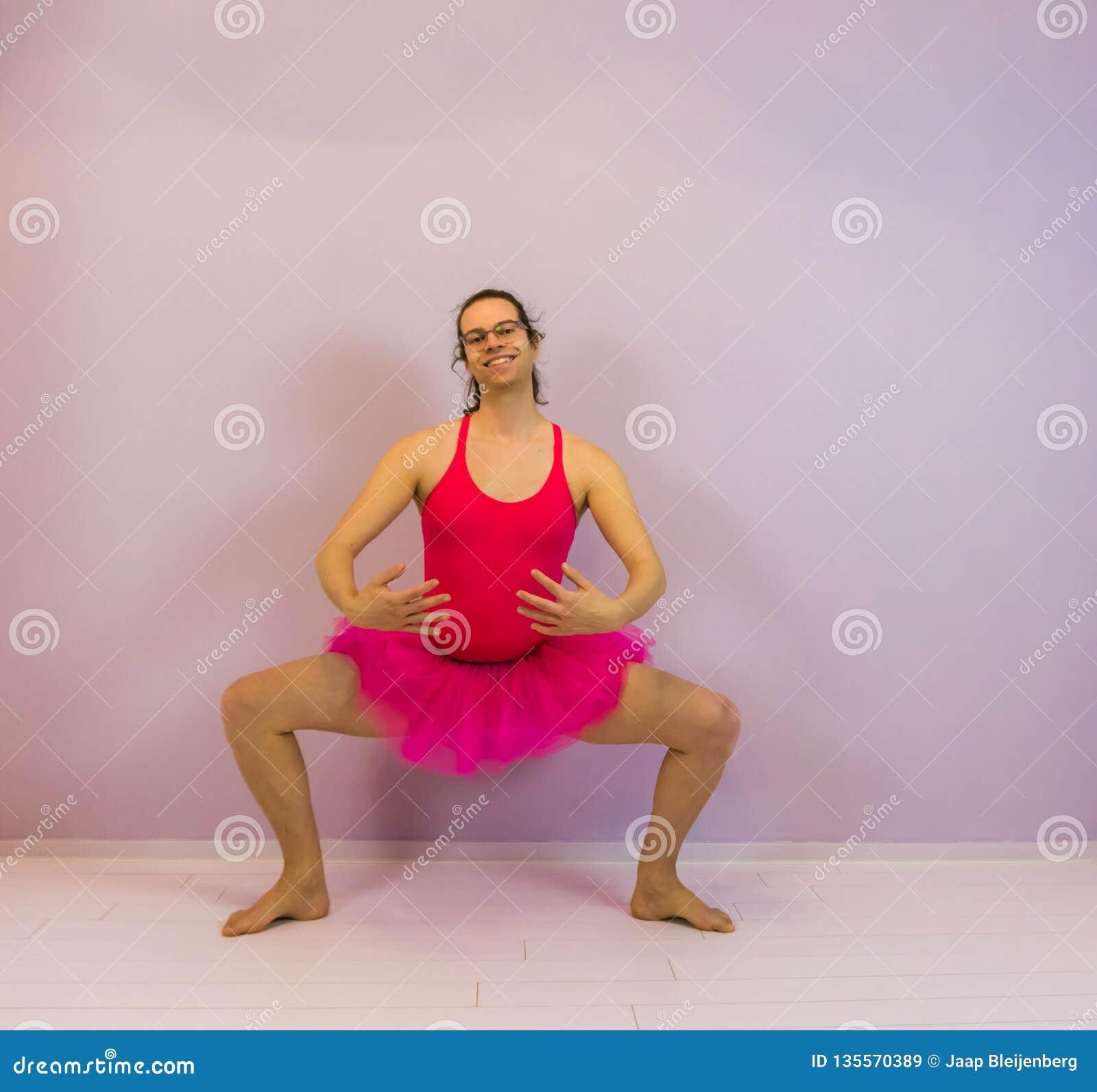 Muchacha joven del transexual que realiza un plie, retrato de un bailarín de ballet de LGBT