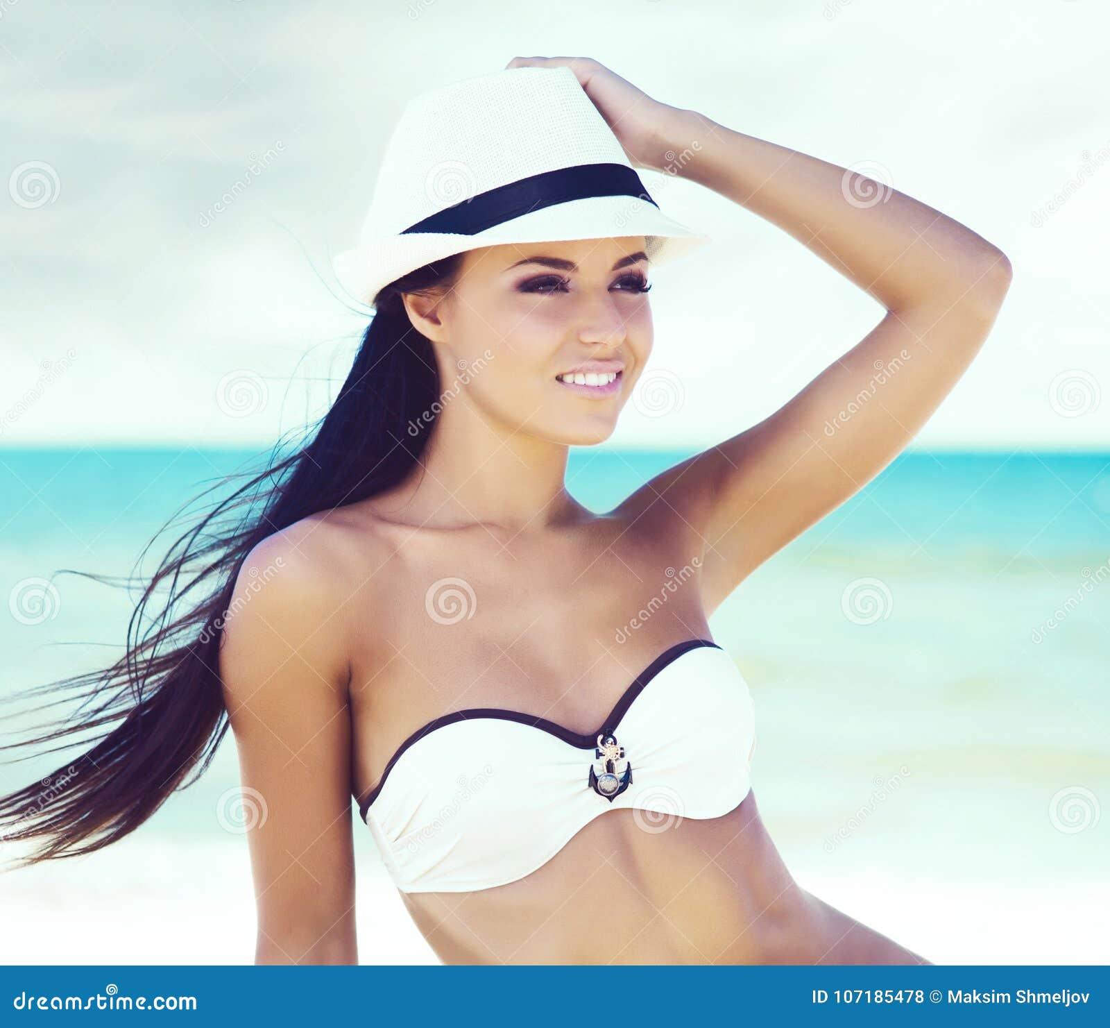 c0a2c0cbaef1 Muchacha Joven, Hermosa, Y Atractiva En El Traje De Baño Blanco Que ...