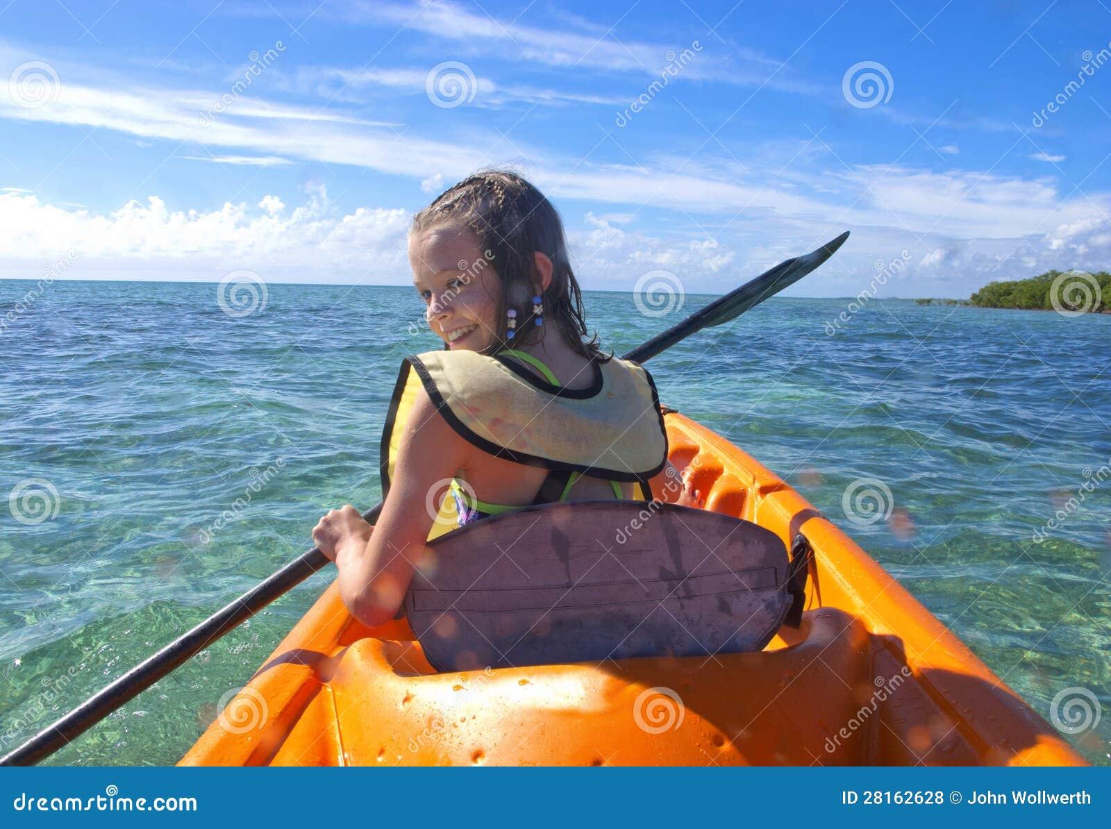 Muchacha kayaking en el Caribe