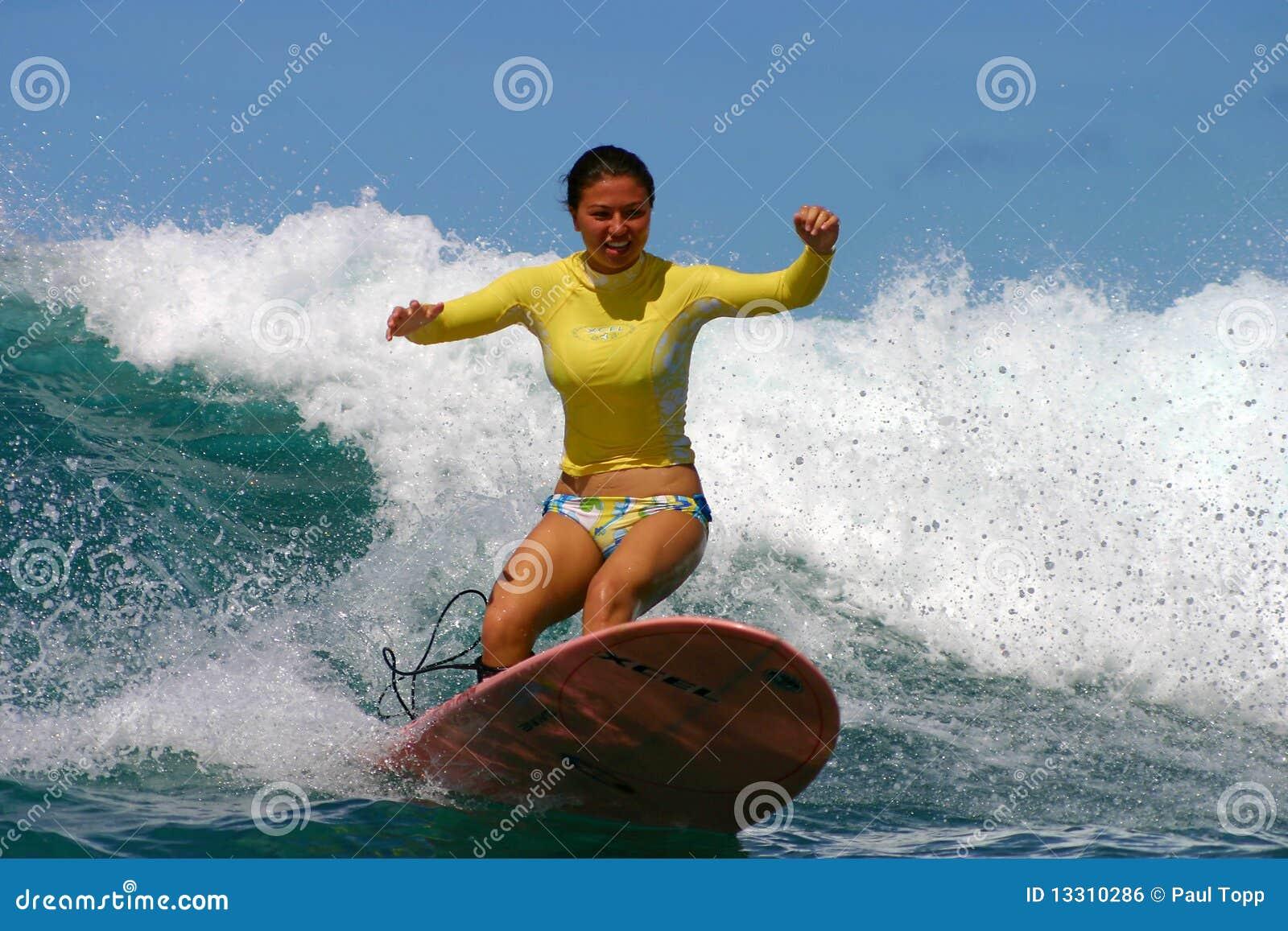 Muchacha Kristen Magelssen de la persona que practica surf en Hawaii