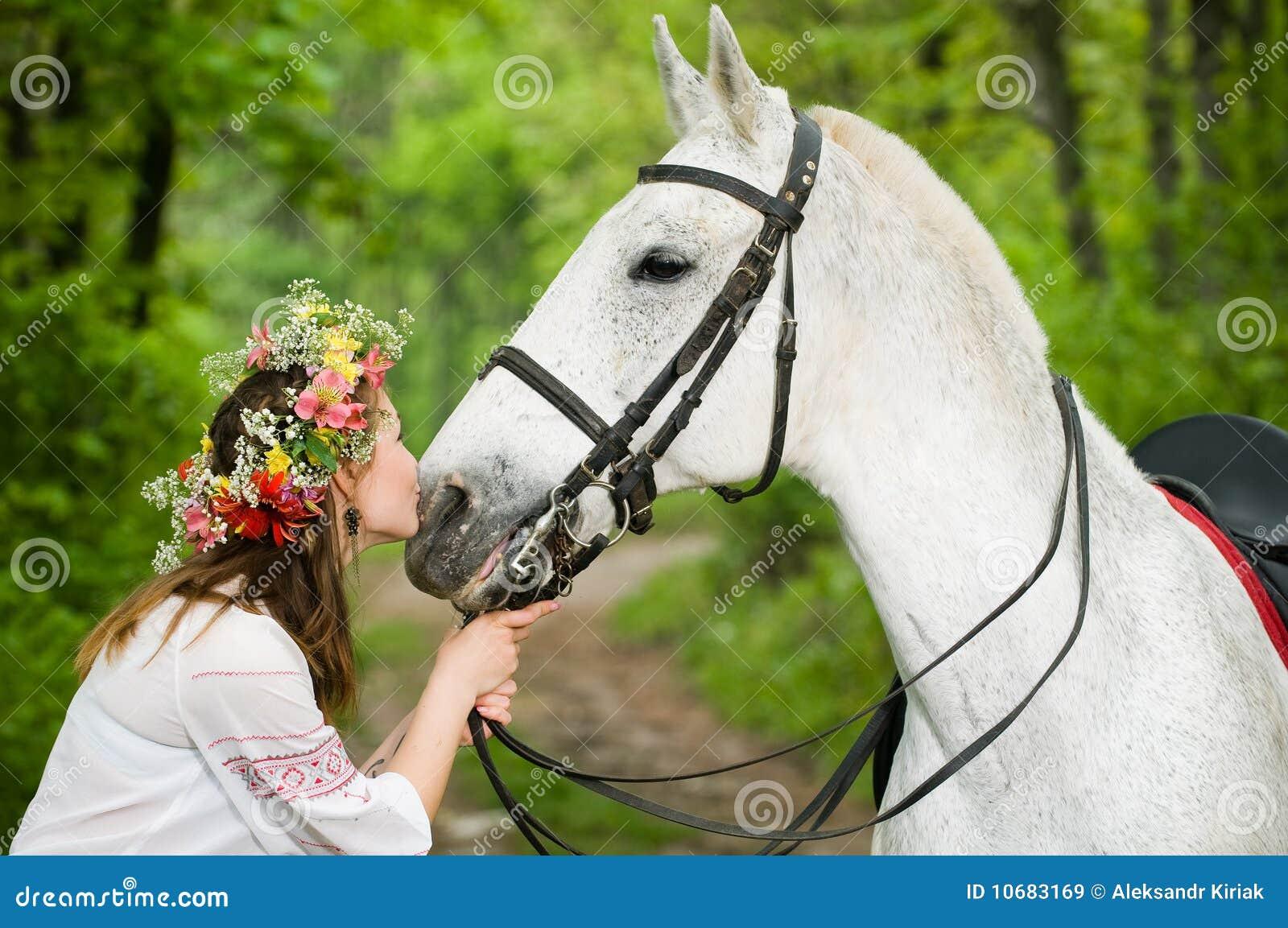 Muchacha linda con el caballo