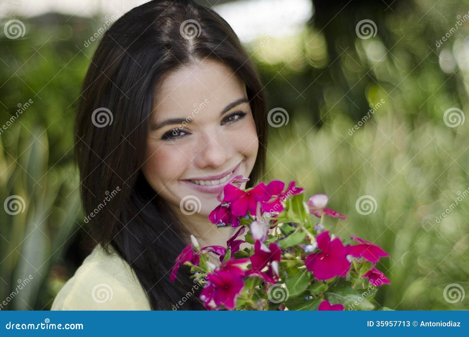Muchacha linda con las flores
