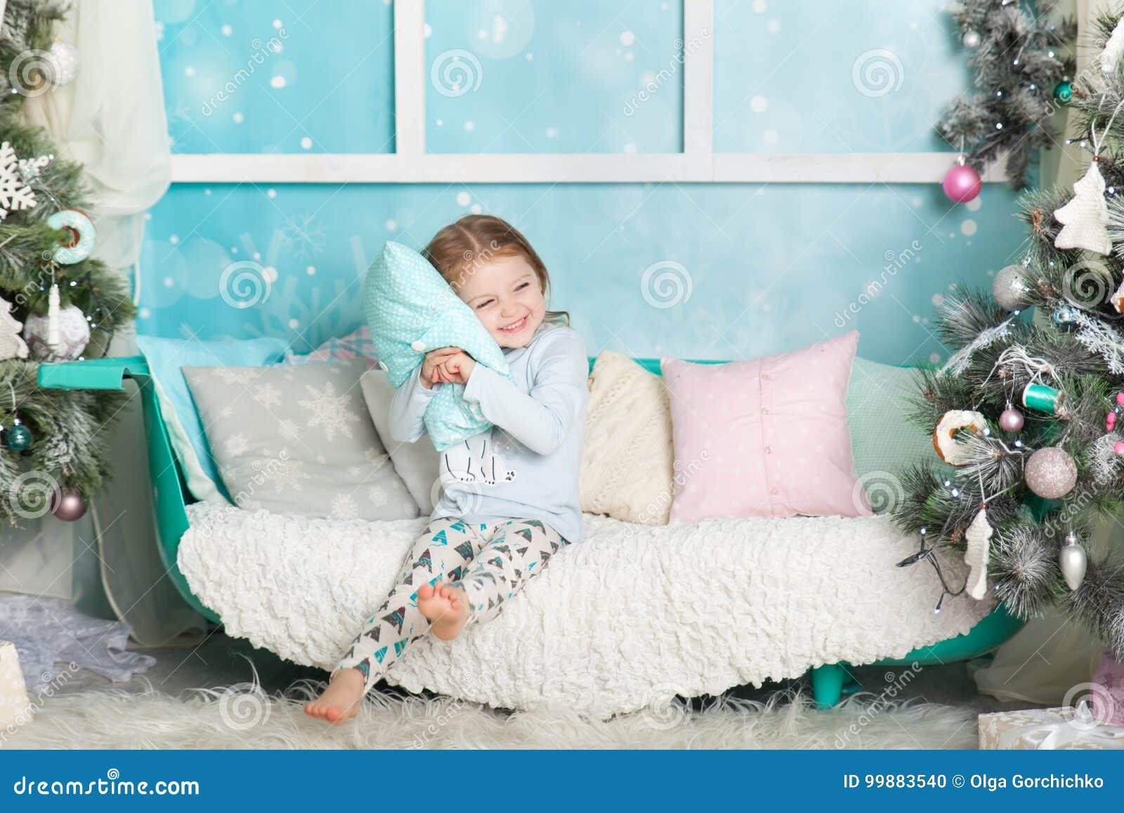 Muchacha linda en decoraciones de una Navidad