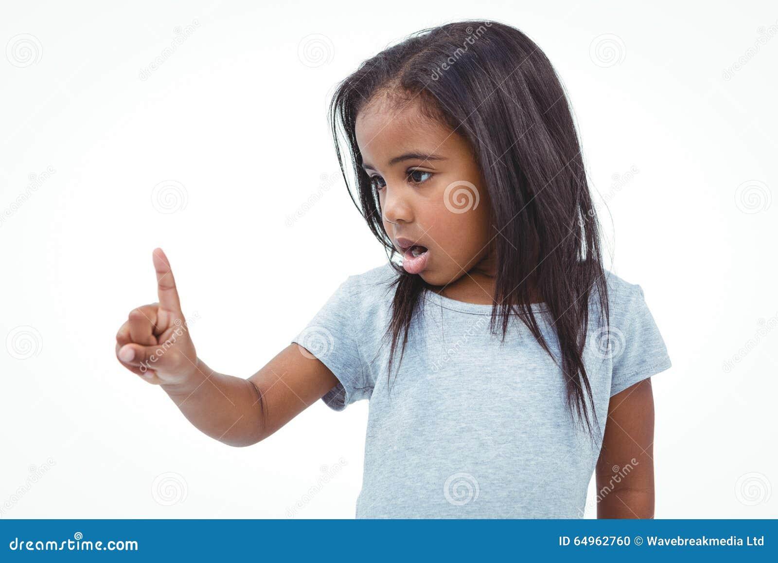 Muchacha linda que sacude el finger que dice no