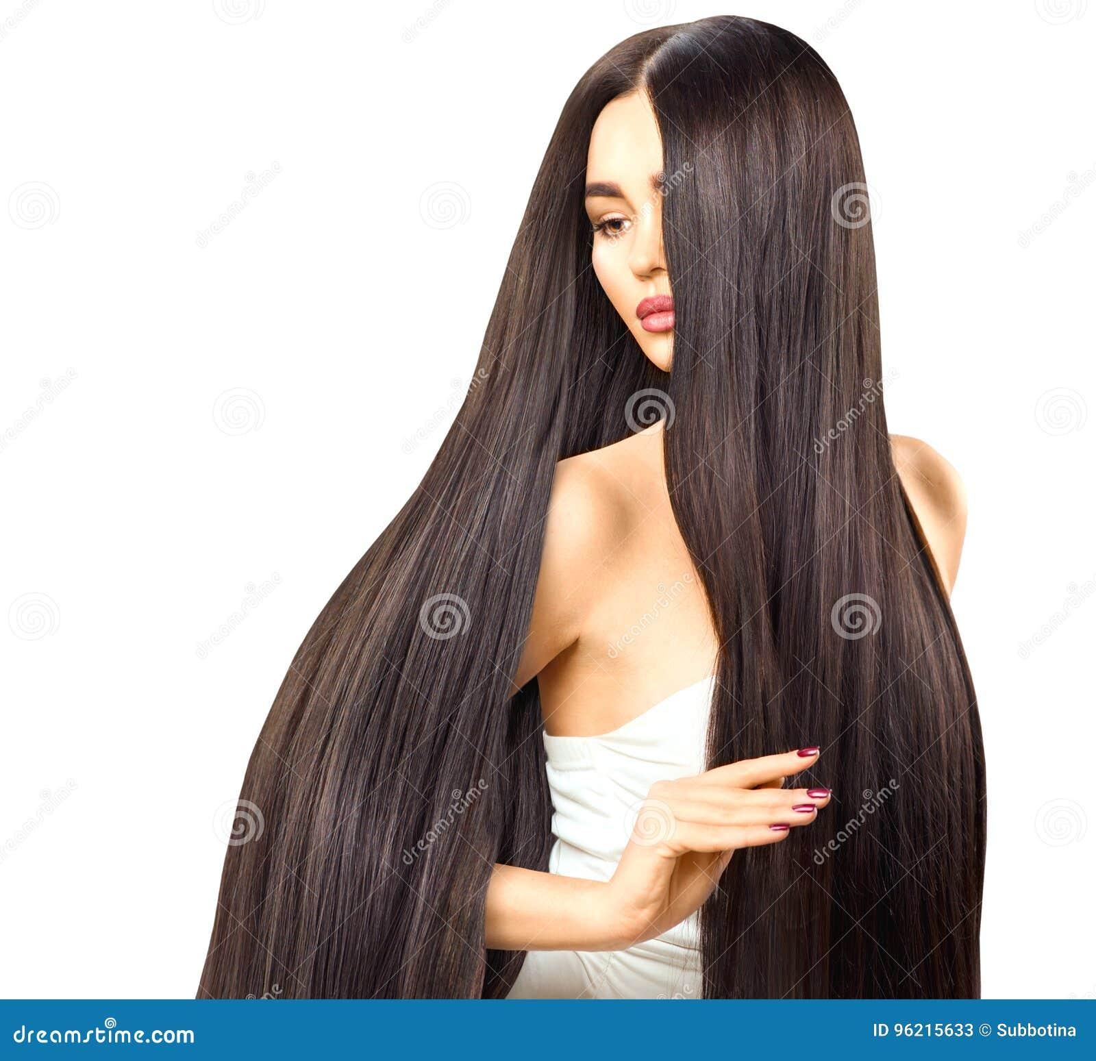 Muchacha modelo morena atractiva que toca su pelo brillante largo