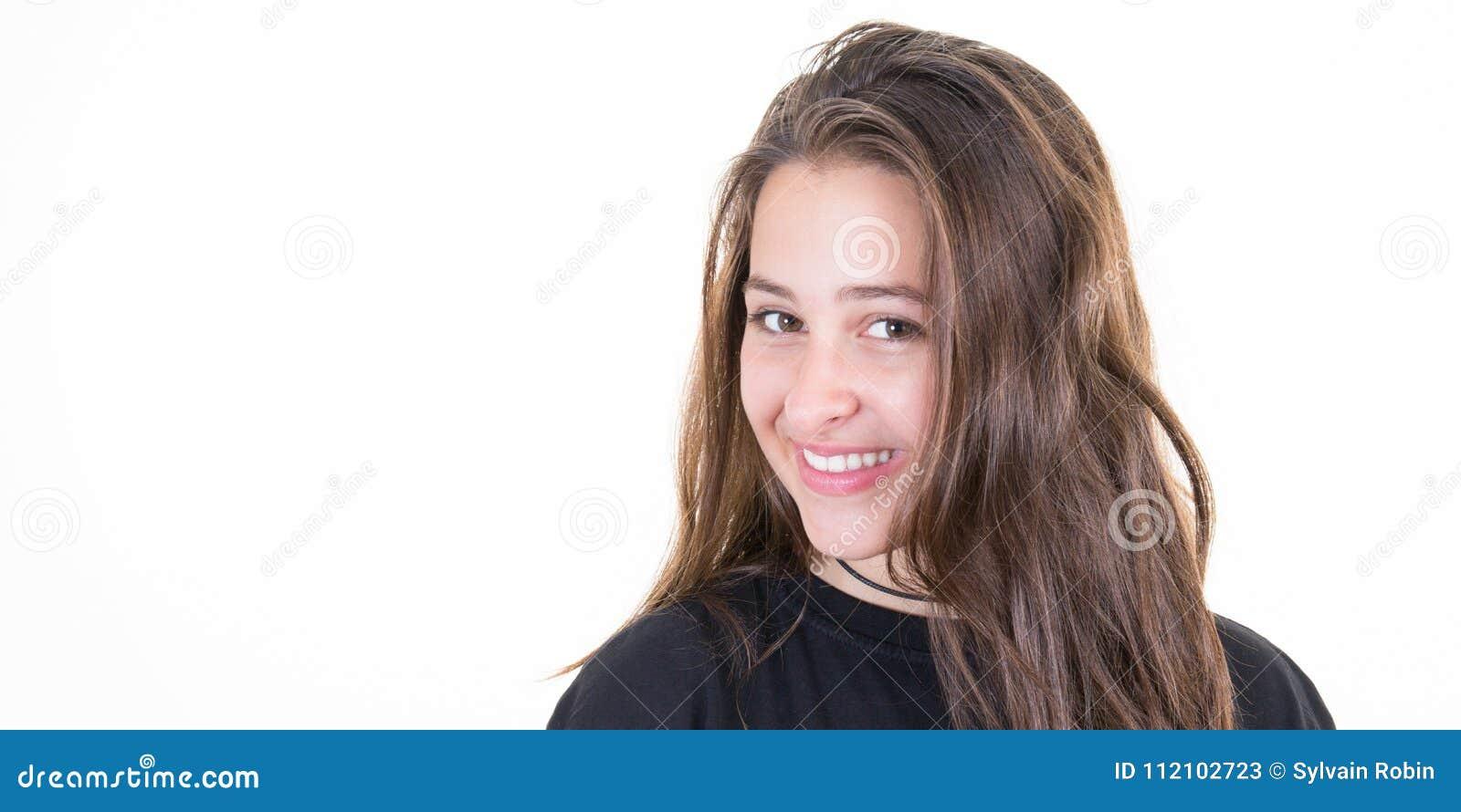 Muchacha morena alegre con los pelos largos en blanco