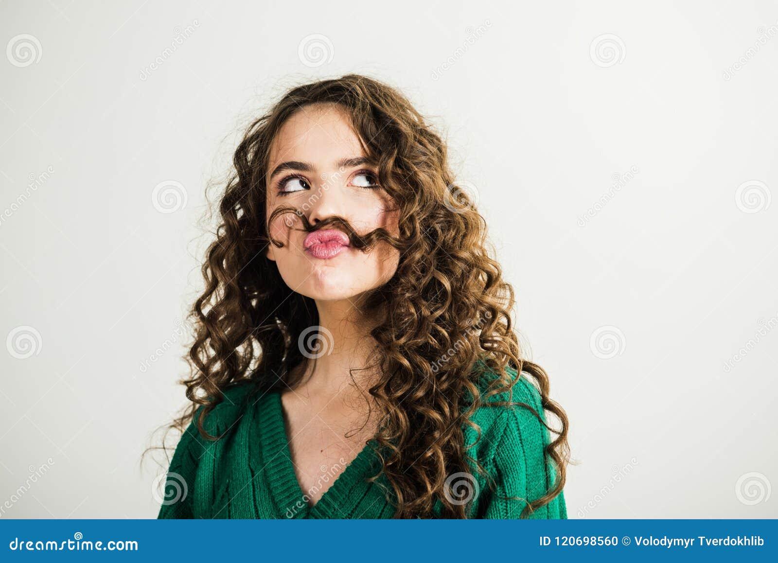 Muchacha Morena Con El Pelo Rizado Largo Y Brillante Mujer Modelo