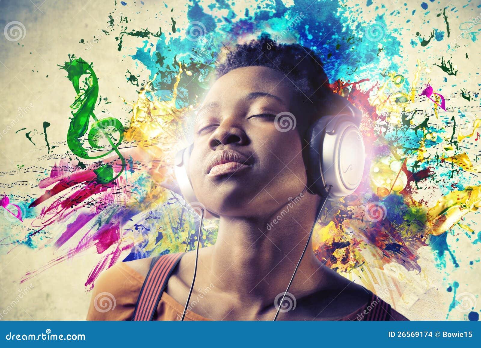 Muchacha negra que escucha la música