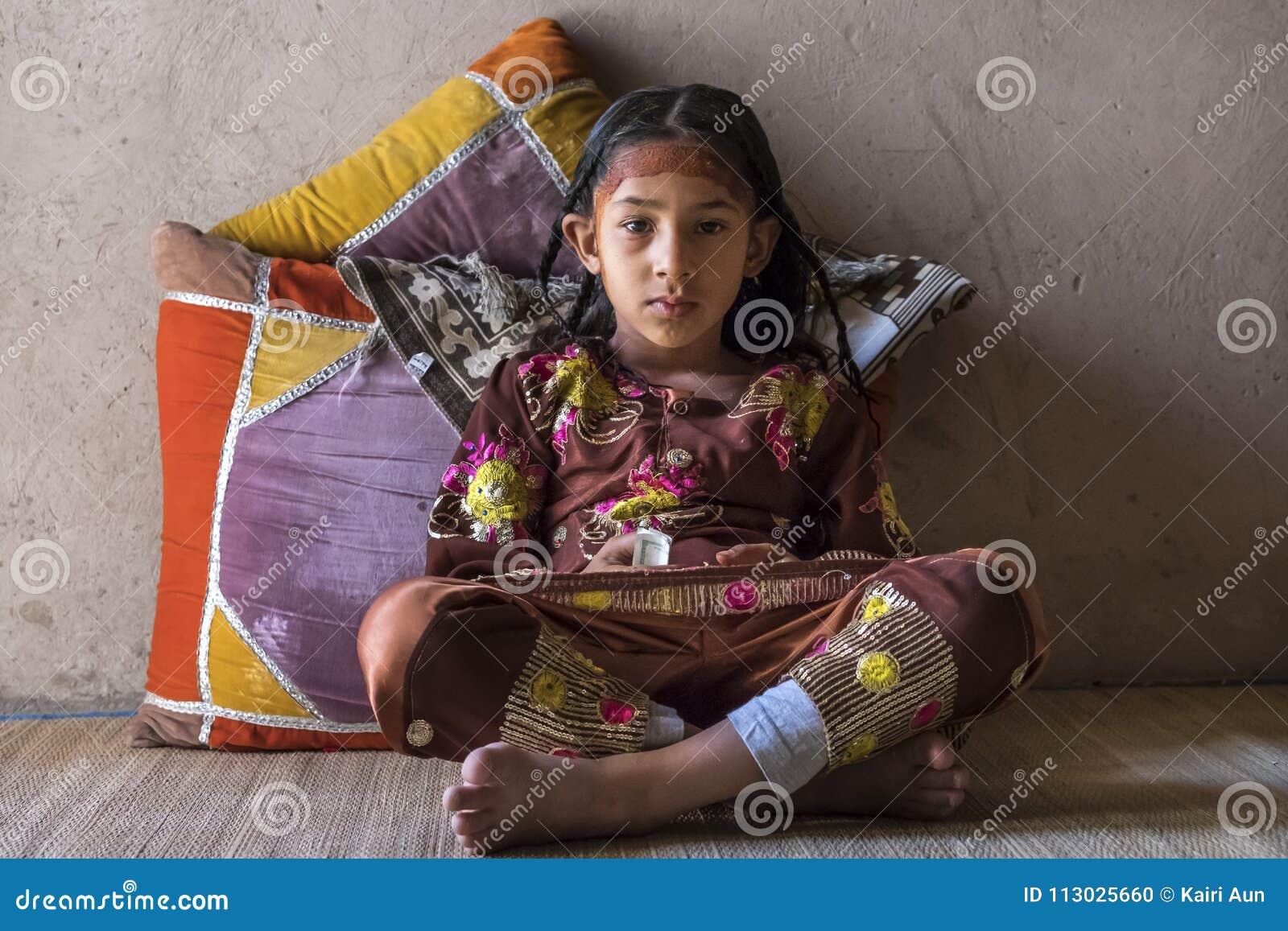 Muchacha omaní en vestido tradicional